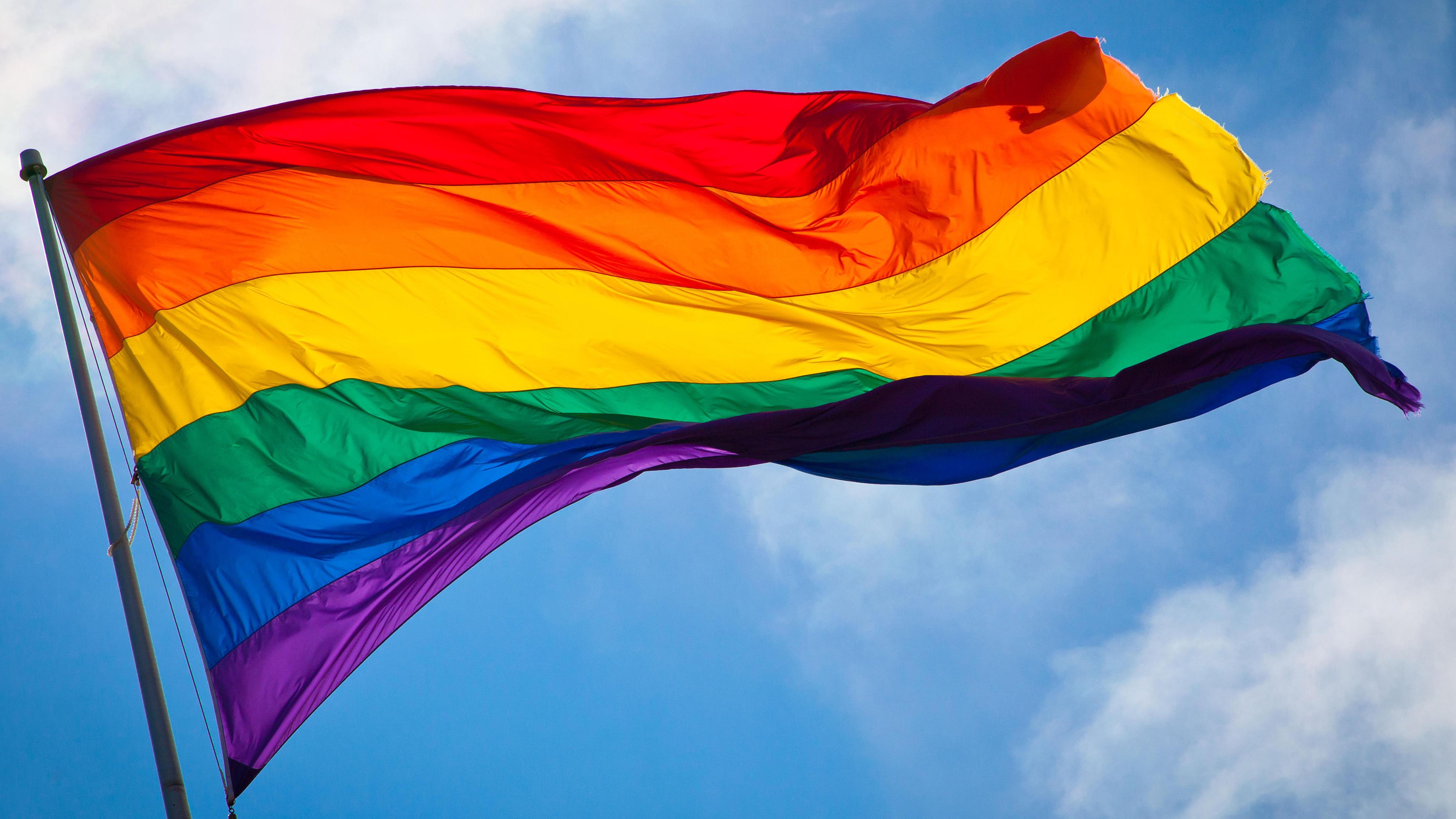 Eine Regenbogenfahne, sie ist ein wichtiges Symbol der LSBTI-Bewegung