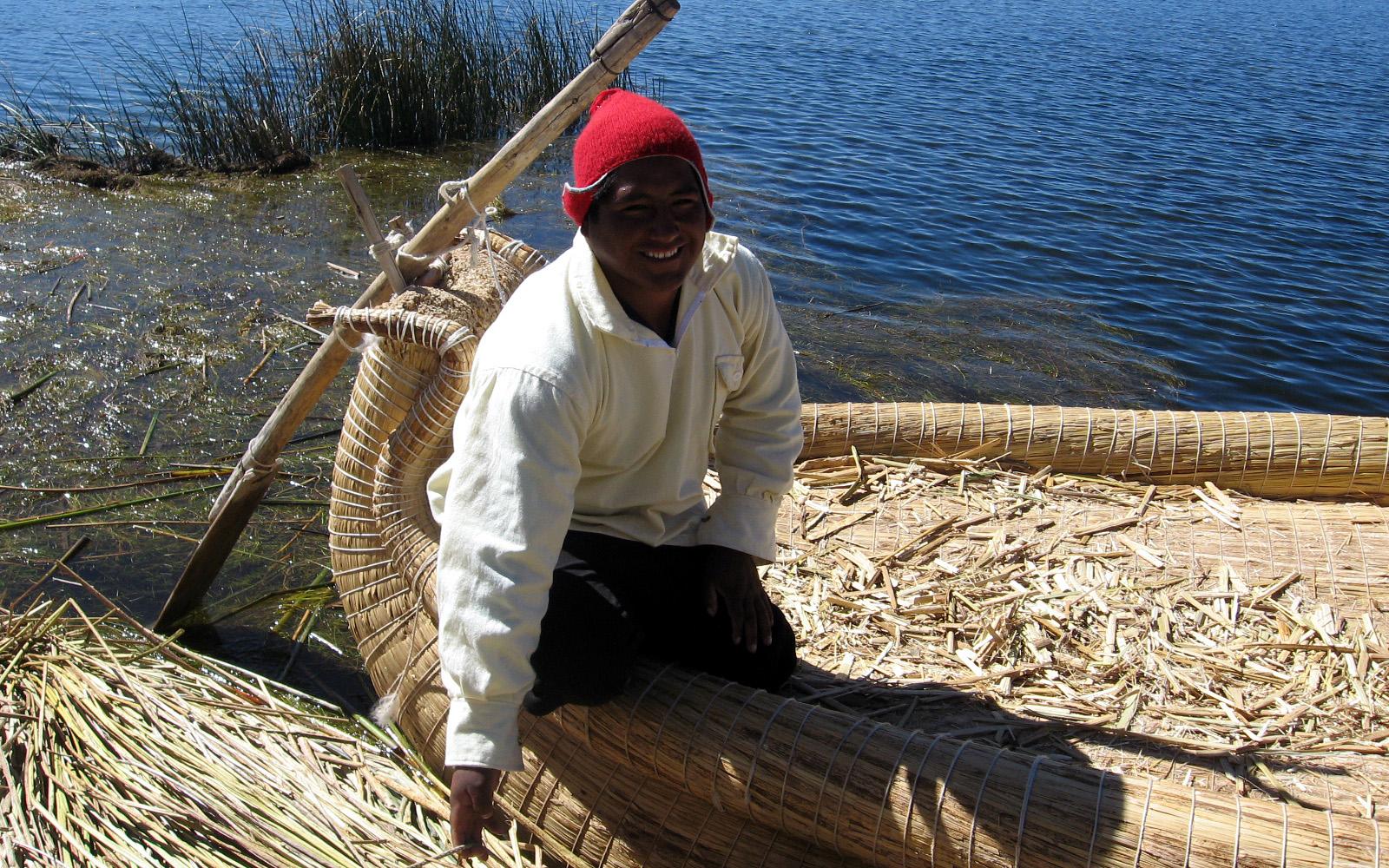 Ein Fischer in einem traditionellen Schilfboot (Uros-Inseln, peruanischer Teil des Titicacasees)