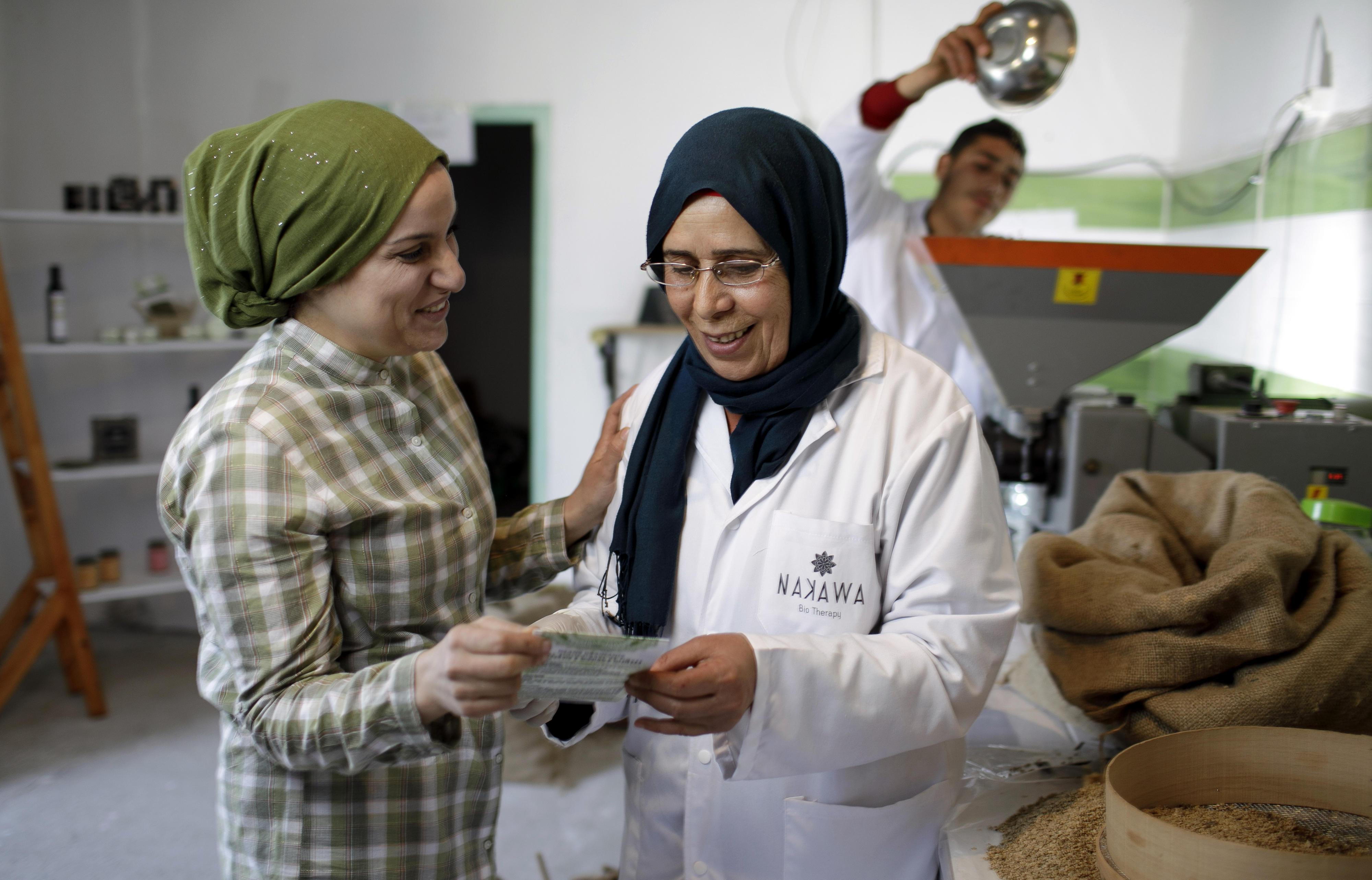 Lobna Dams, Gründerin der Firma Nakawa Biokosmetik, im Gespräch mit einer Mitarbeiterin (Jemmal, Tunesien).
