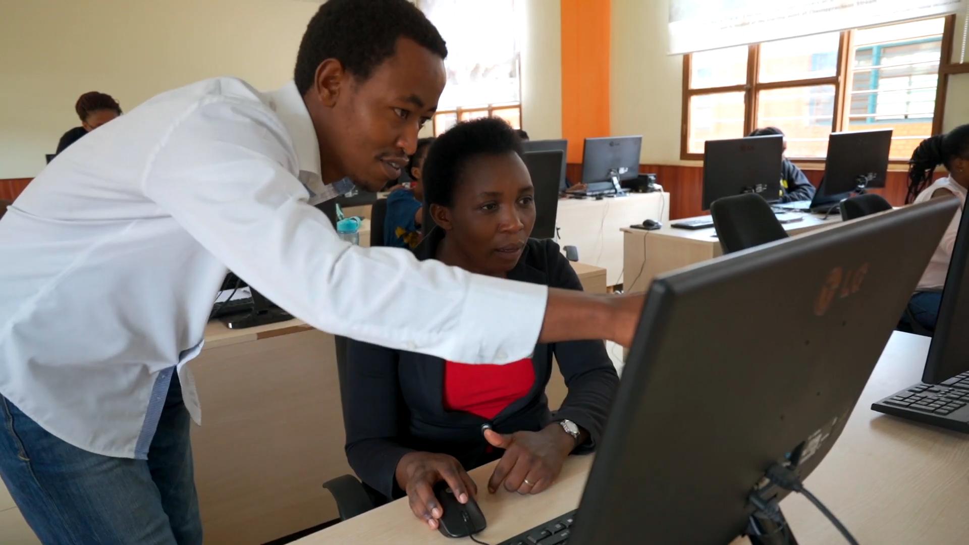 """Standbild aus dem Video """"Ruanda: Durch Bildung die Zukunft digitalisieren"""""""