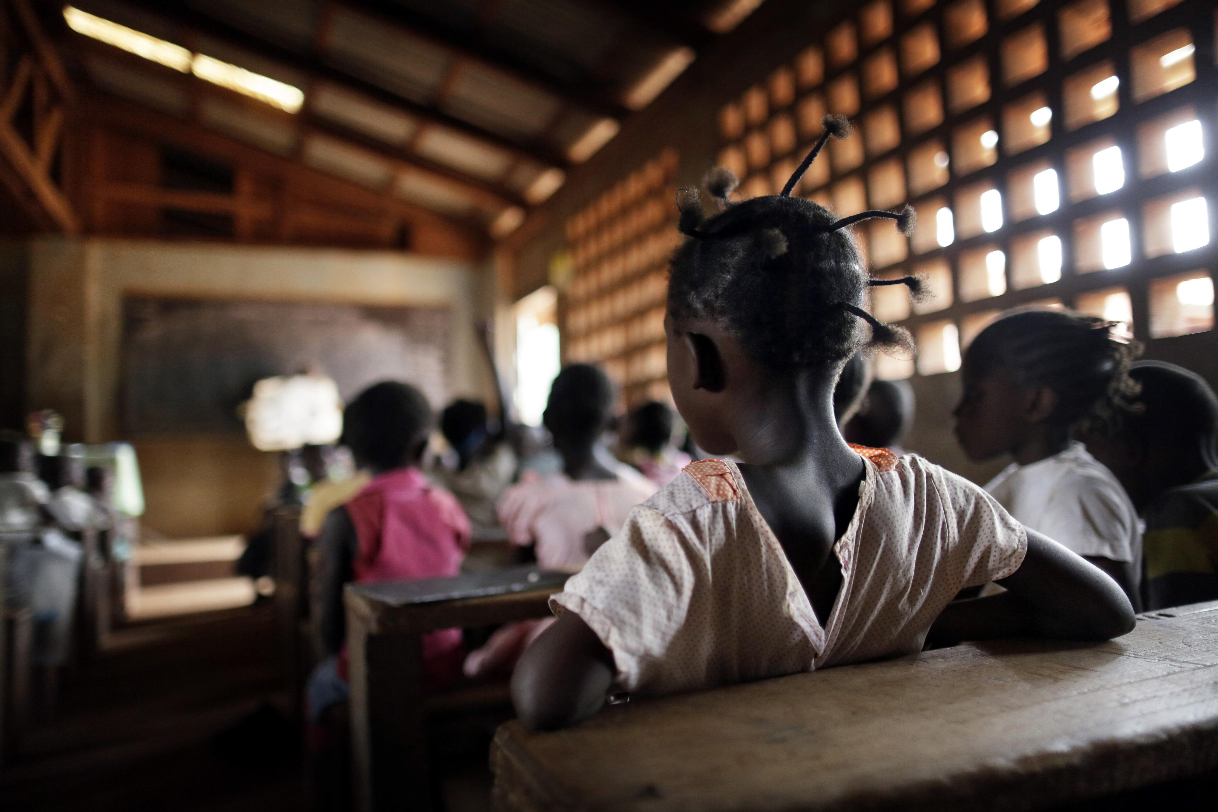 Mädchen in einer Schulklasse in Bangui, Zentralafrikanische Republik. Es sind nur die Hinterköpfe der Mädchen abgebildet, man sieht keine Gesichter.