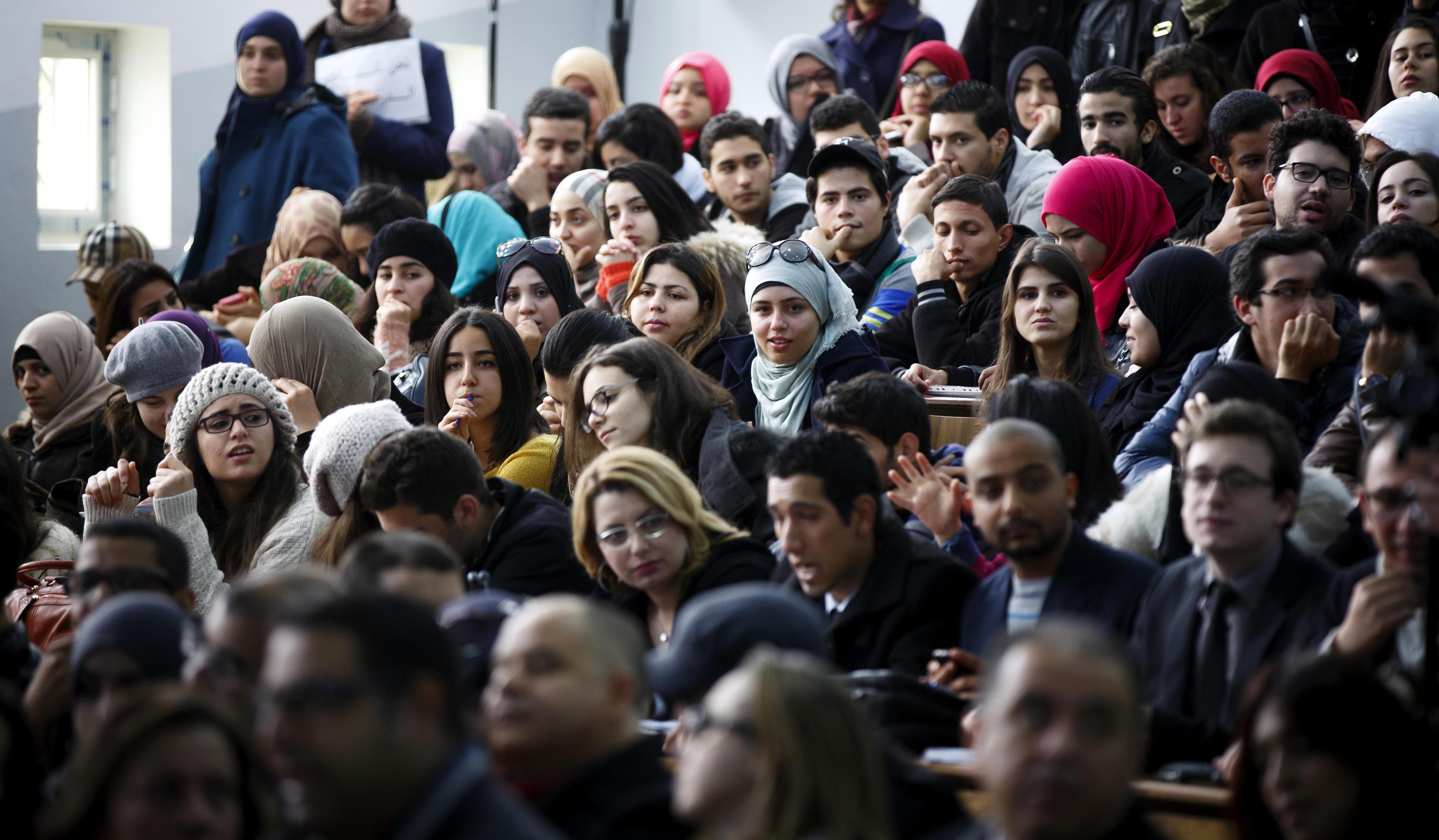 Studierende sitzen in einem Hörsaalder Universität Tunis El Manar
