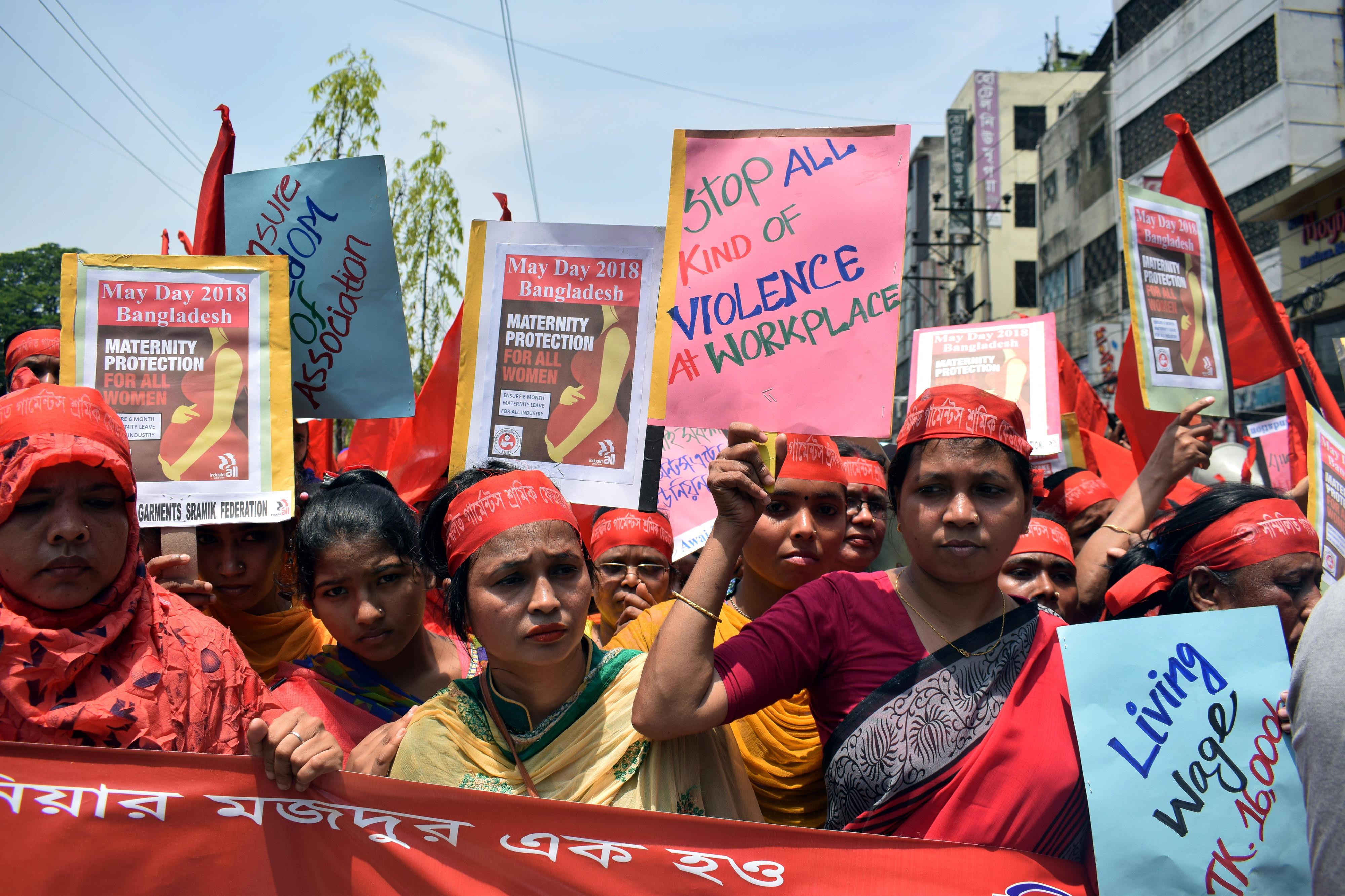 Am 1. Mai 2018 demonstrieren Frauen in Bangladesch für ihre Grundrechte. Sie halten Plakate mit ihren Forderungen – unter anderem: Gesundheitsversorgung für Schwangere, Schutz vor Gewalt am Arbeitsplatz und existenzsichernde Löhne