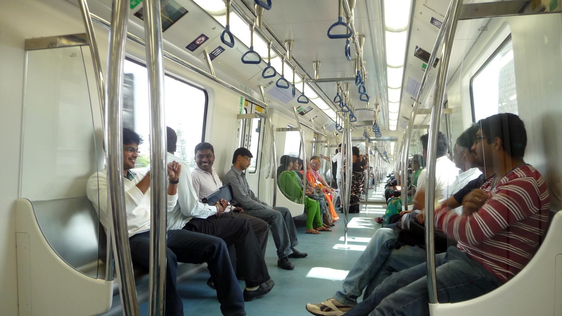 Passagiere in einer Metro in Bangalore, Indien