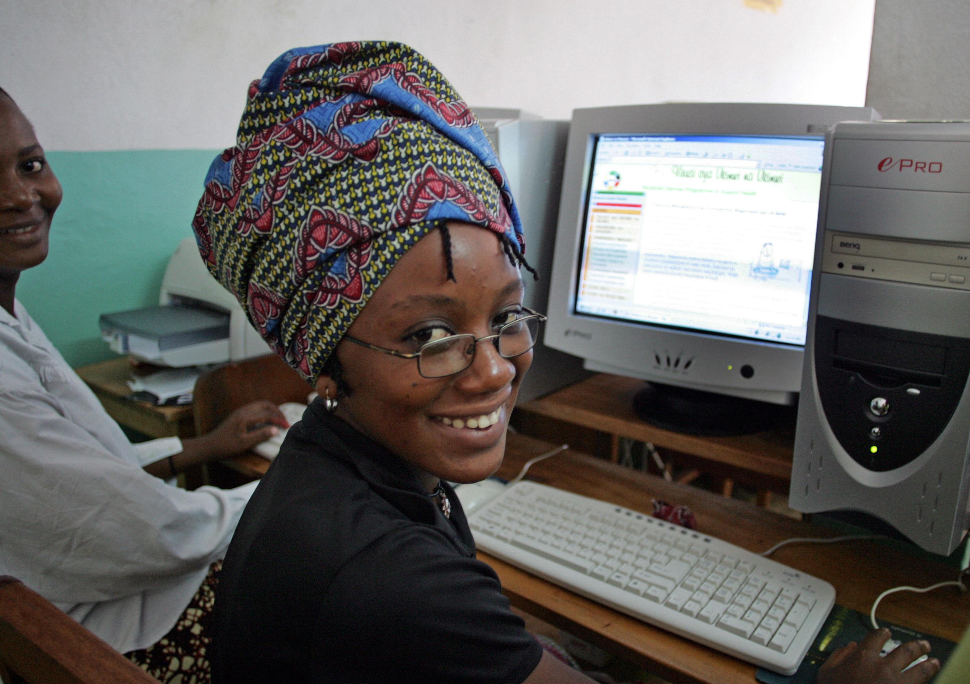 Lehrer mit Schülern vor einer Schultafel im Flüchtlingscamps Nguenyyiel, Äthiopien