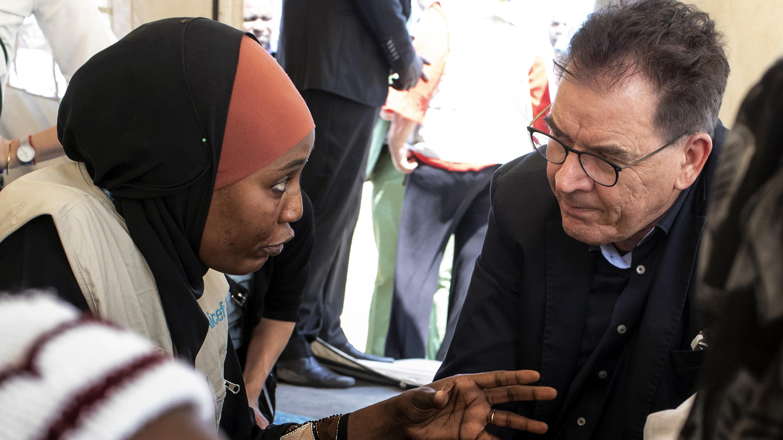 Bundesentwicklungsminister Gerd Müller im Gespräch mit einer Frau, die vor Boko Haram geflohen ist. Das Foto entstand am 3.2.2020 im Flüchtlingslager Teachers Village in Nigeria.