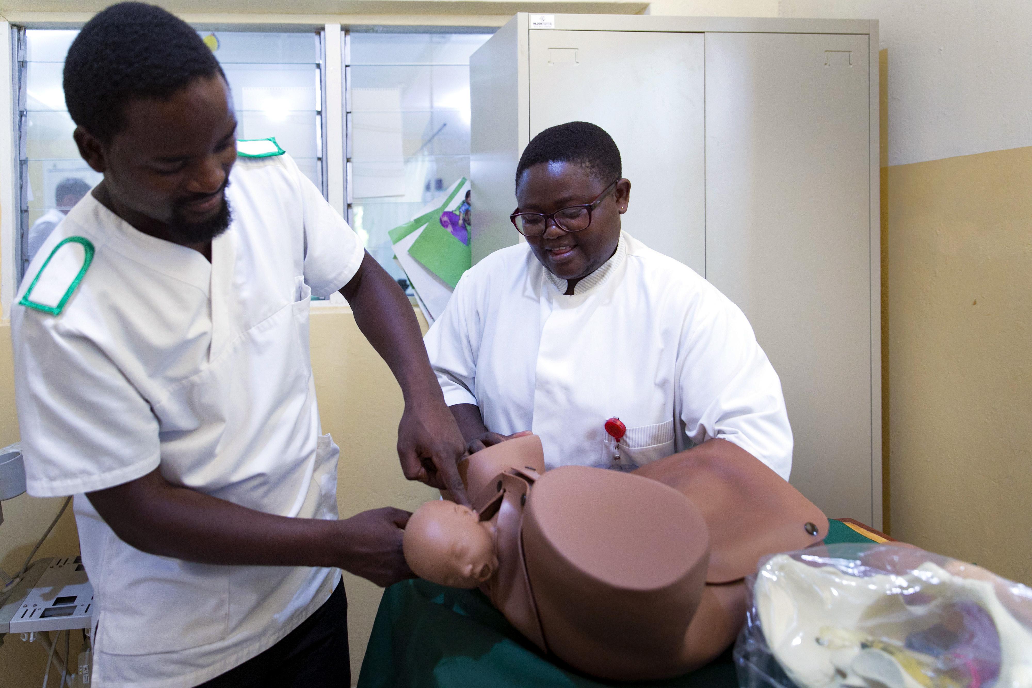 Demonstration einer Geburt auf der Geburtsstation des Nkhoma-Krankenhauses in Malawi, wo im sogenannten Skills Lab Hebammen und Geburtshelfer weitergebildet werden.