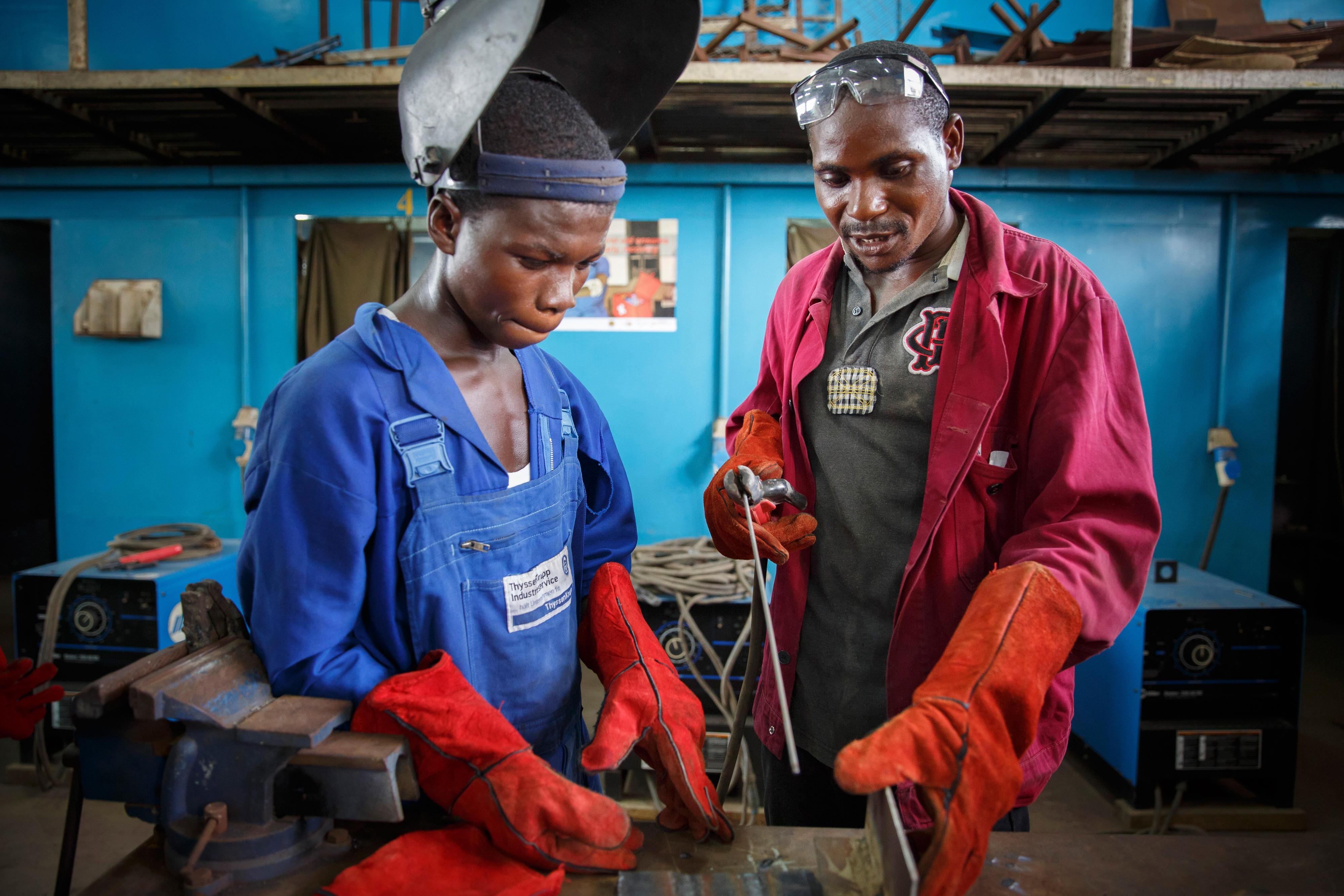 Schüler in der Metallwerkstatt einer Berufsbildungseinrichtung in Accra, Ghana