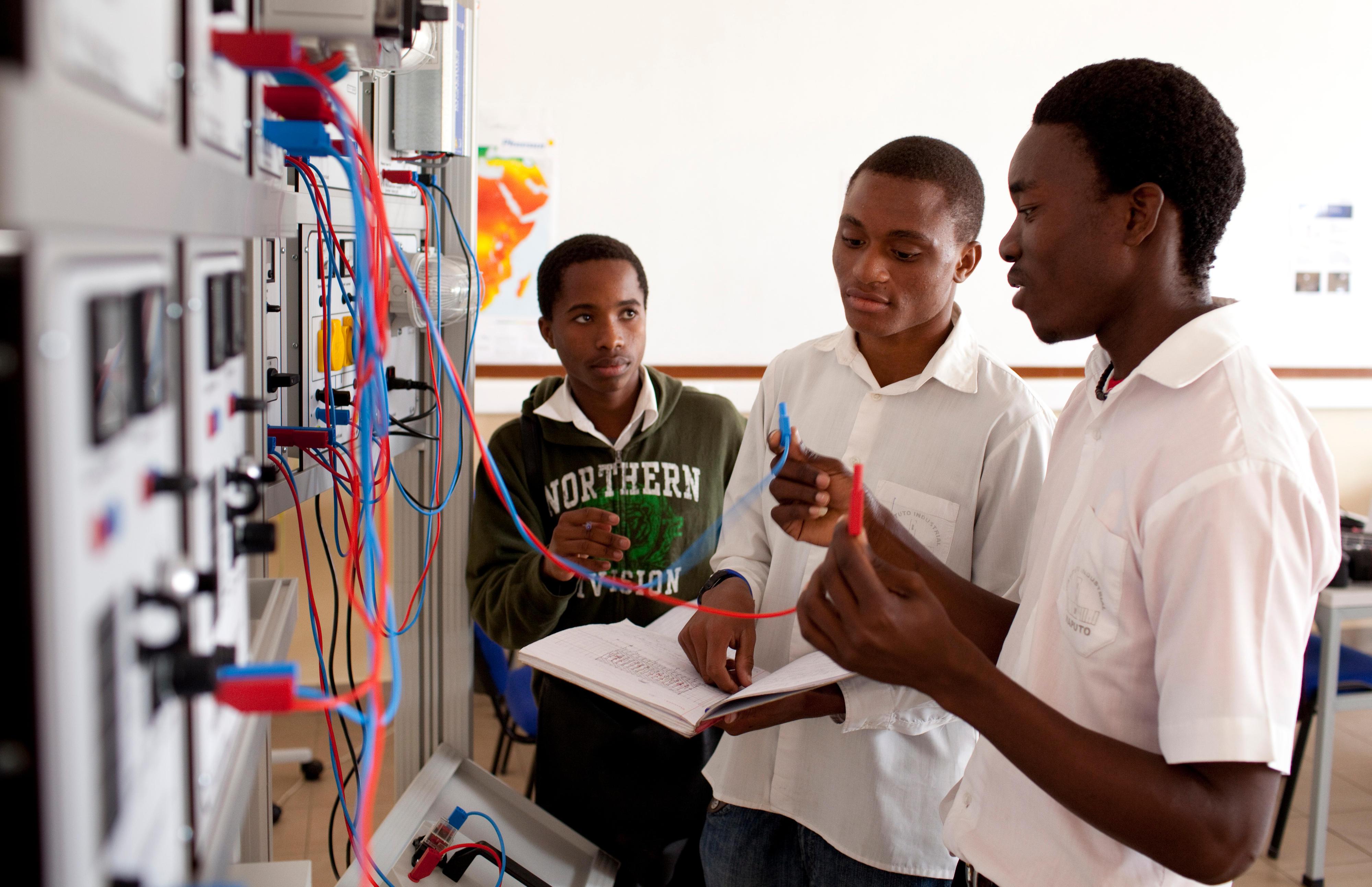 Studierende der Elektrotechnik in Maputo, Mosambik