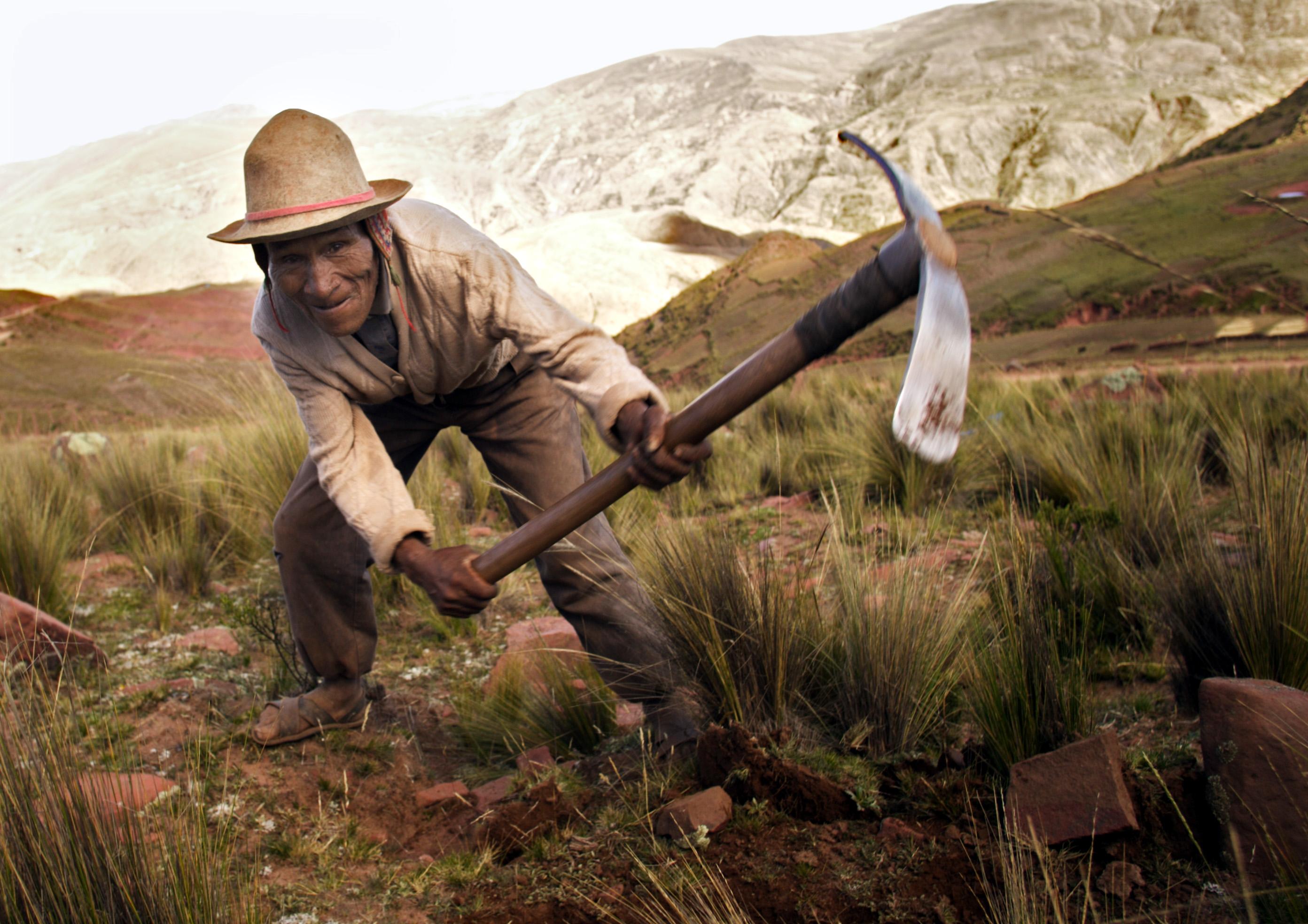 Ein Bauer in den bolivianischen Anden bei Cochabamba legt einen Erosionsschutzwall an.