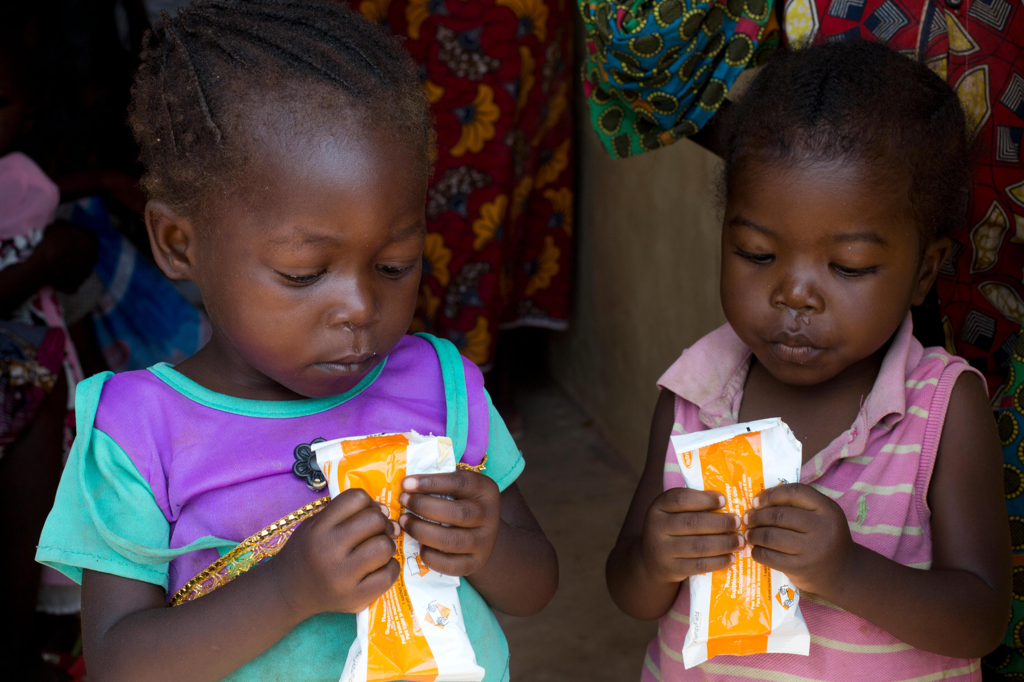 Kinder essen ein Nahrungsergänzungsmittel in einer Regierungsklinik in der Demokratischen Republik Kongo. Durch die Versorgung von Kindern mit Vitamin-A-Zusätzen konnte die Kindersterblichkeit in der Demokratischen Republik Kongo gesenkt werden.