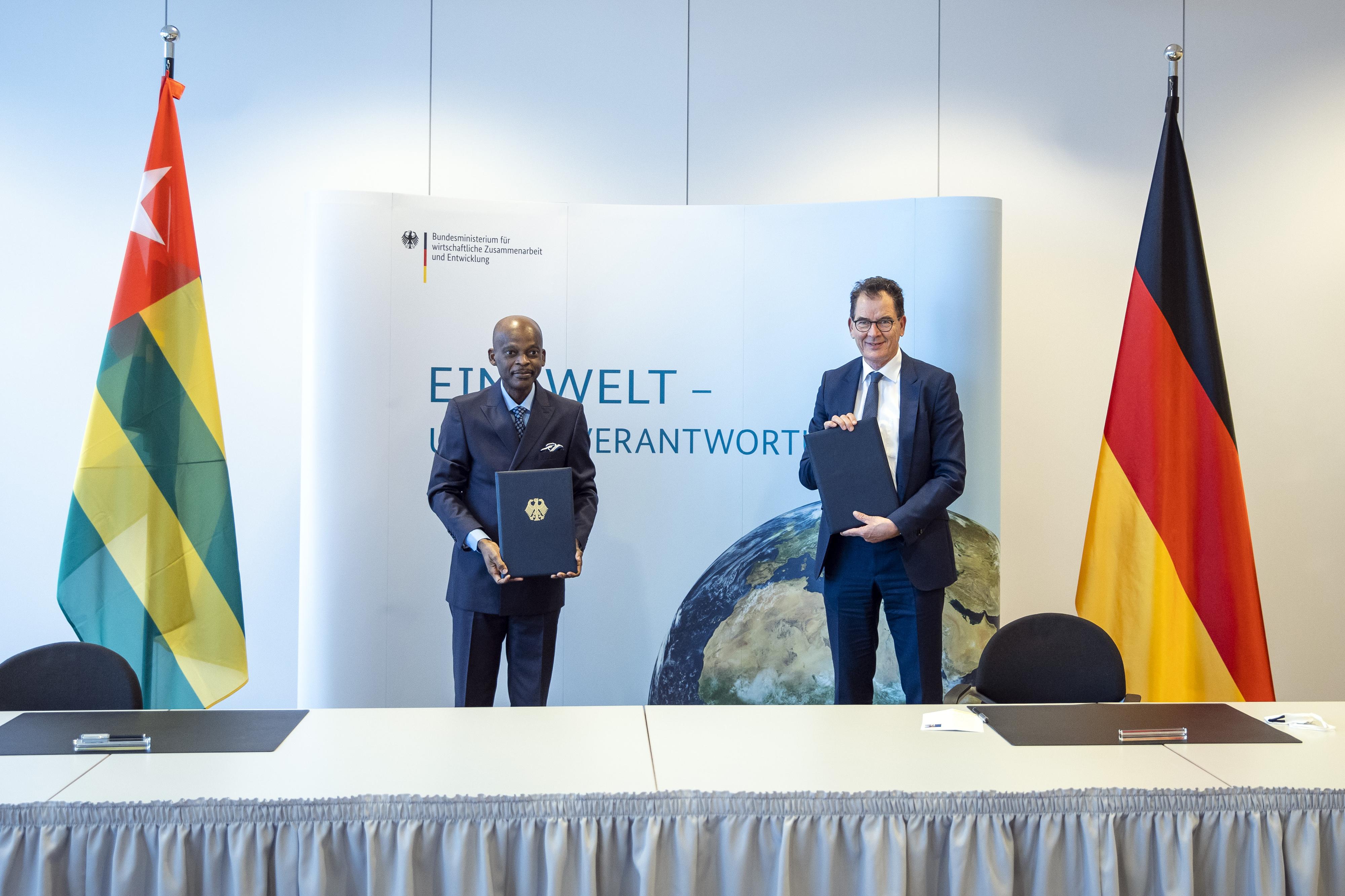 Der togoische Außenminister Robert Dussey und Bundesentwicklungsminister Gerd Müller bei der Unterzeichnung einer Absichtserklärung in Berlin