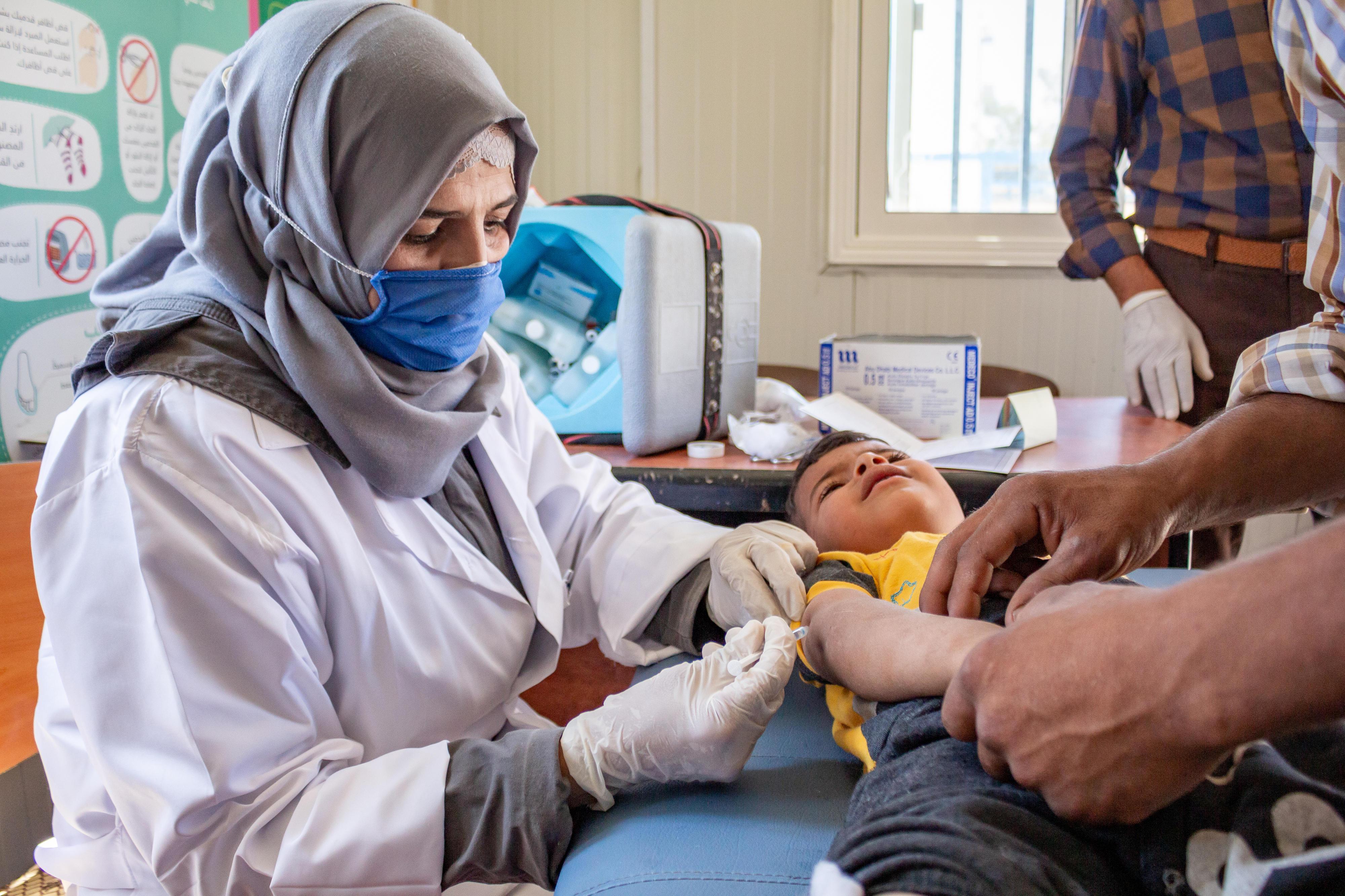 Ein Kind erhält eine Impfung in einer von UNICEF unterstützten Klinik in Dayr Hafir, im Osten des ländlichen Aleppo in Syrien.