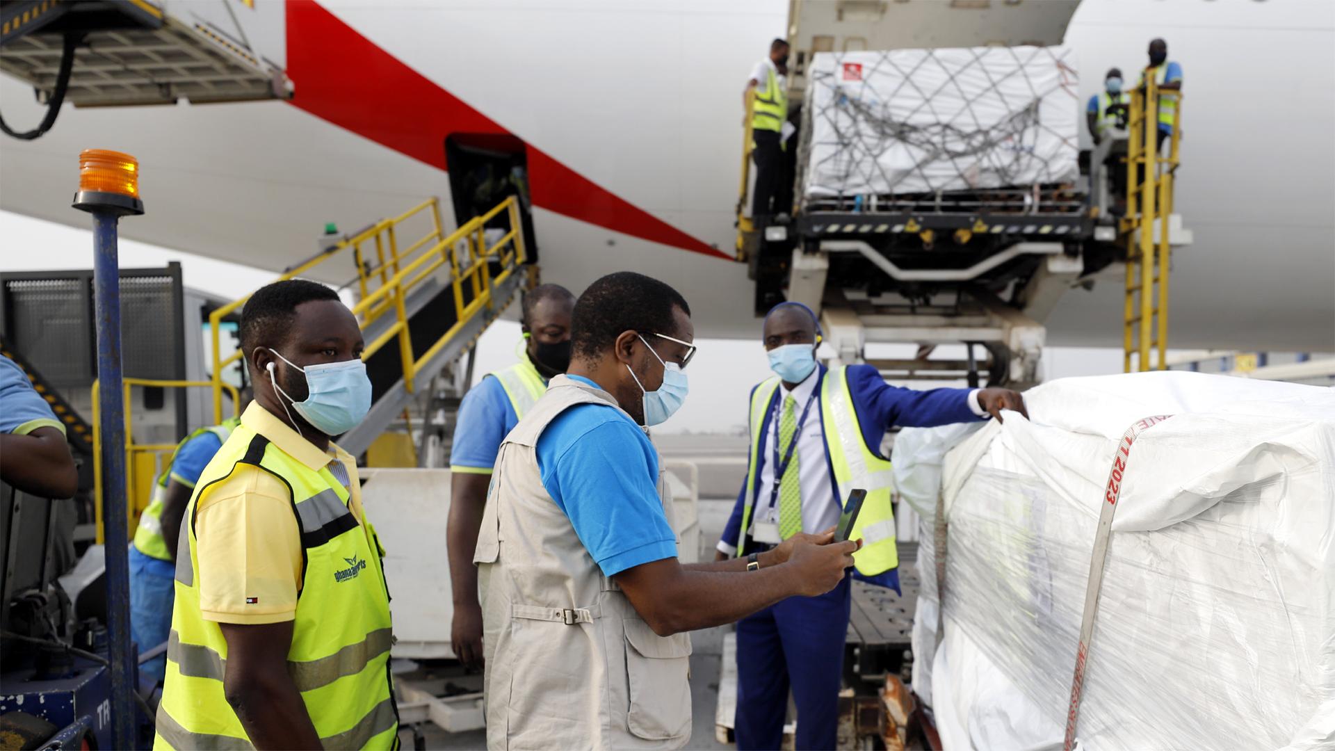 Am 24. Februar 2021 landete ein Flugzeug mit der ersten Lieferung von 600.000 Covid-19-Impfstoffen auf dem Flughafen in Accra/Ghana.