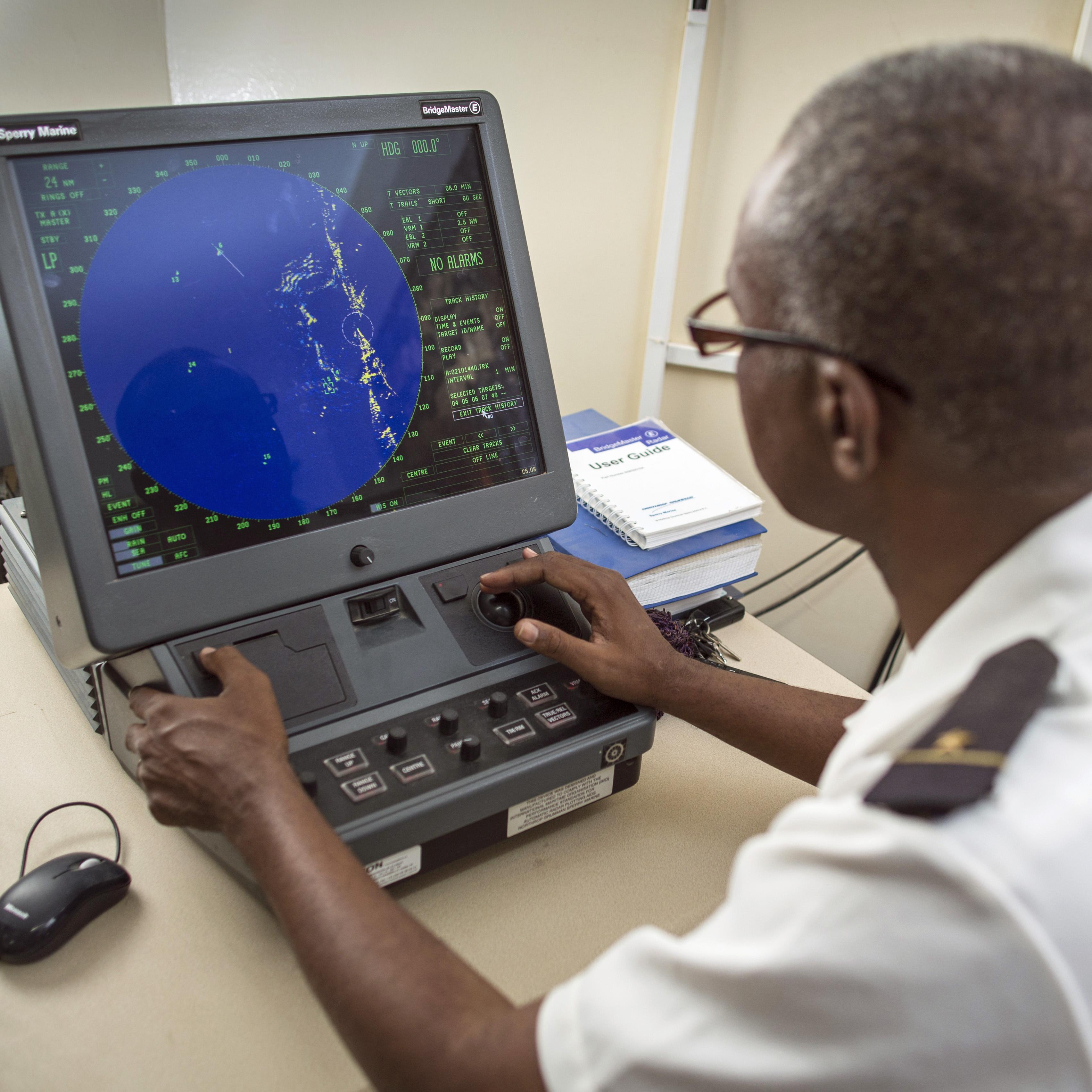 Ein Offizier der mauretanischen Küstenwache bei der Fischereiüberwachung mittels Radar.