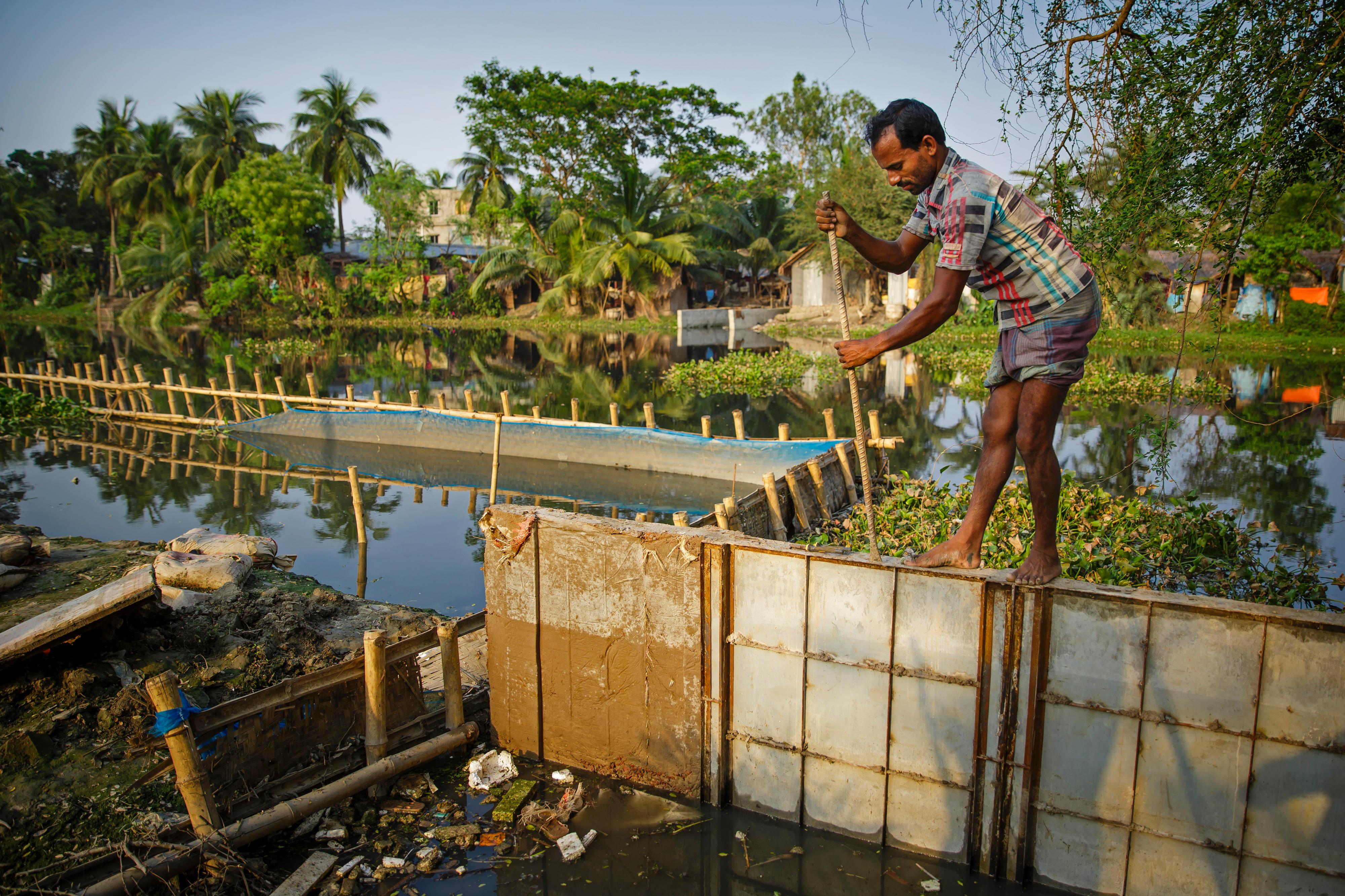 Bau einer Uferbefestigung am Ufer des Mayur River in der Stadt Khulna im Südwesten von Bangladesch