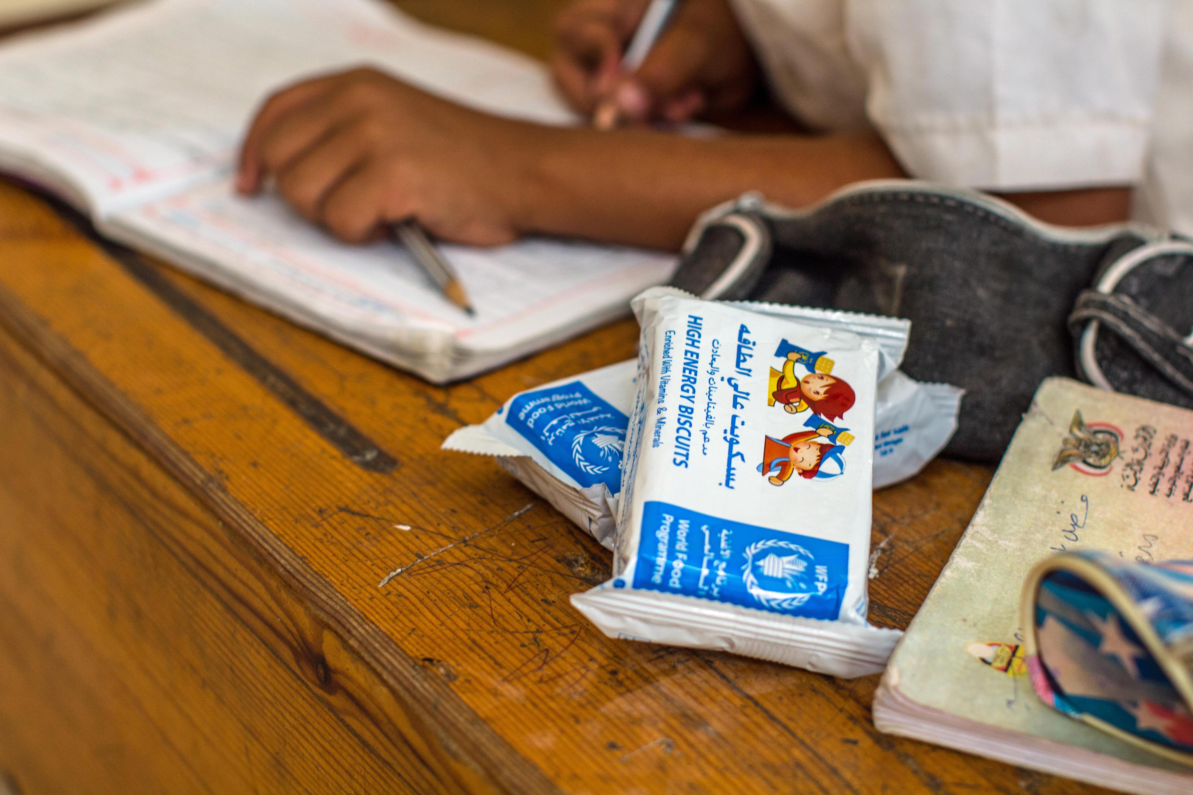 """Die Schülerinnen und Schüler der Foqom-Schule in Alburaiqa (Jemen) erhalten vom Welternährungsprogramm sogenannte """"High Energy Biscuits"""". Die Kekse haben einen hohen Proteingehalt und sind mit Vitaminen und Mineralien angereichert."""