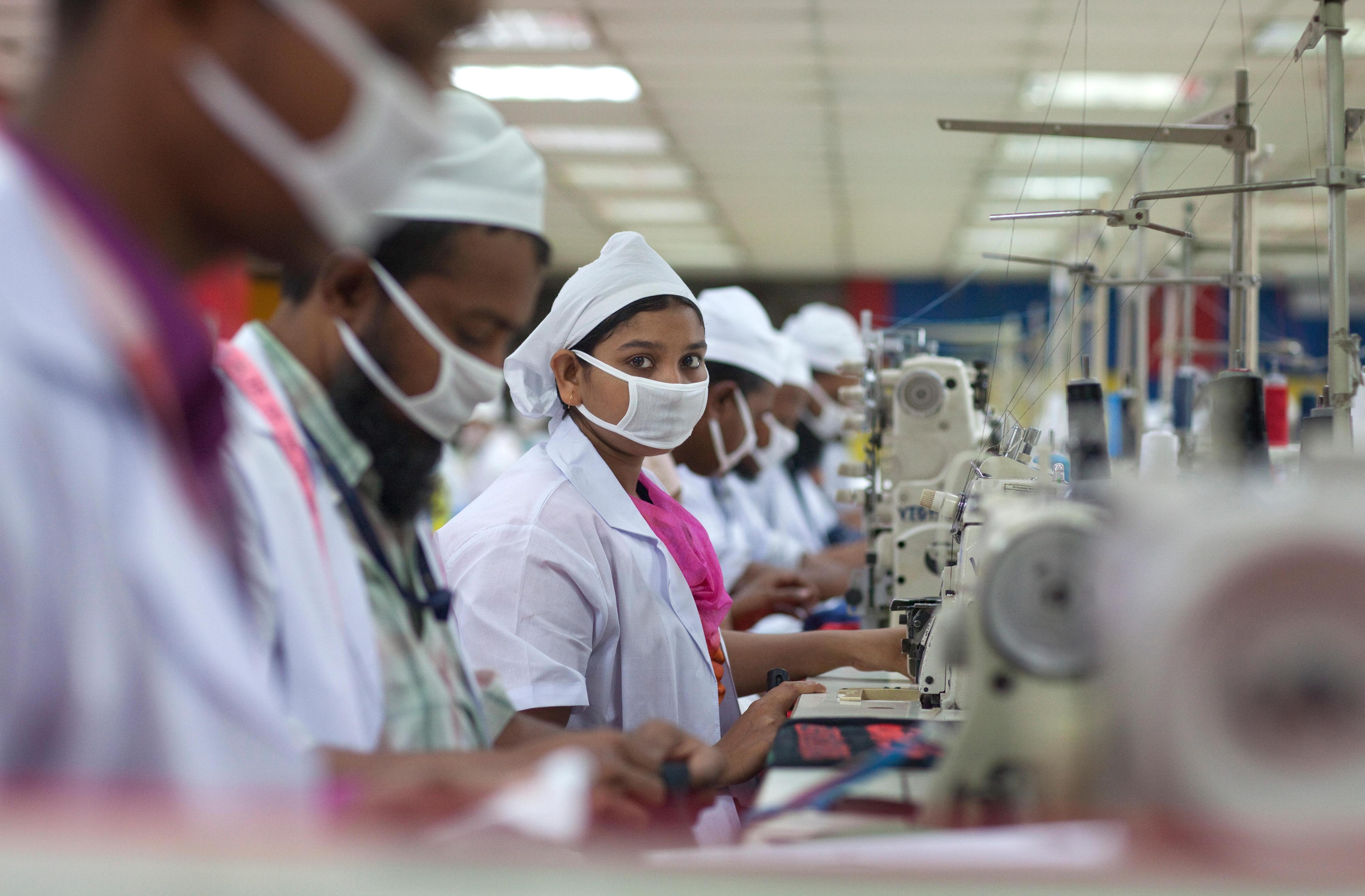 Arbeiterinnen und Arbeiter in einer Textilfabrik in Bangladesch, in der besonders auf die Einhaltung der gesetzlichen Sozial- und Umweltstandards geachtet wird