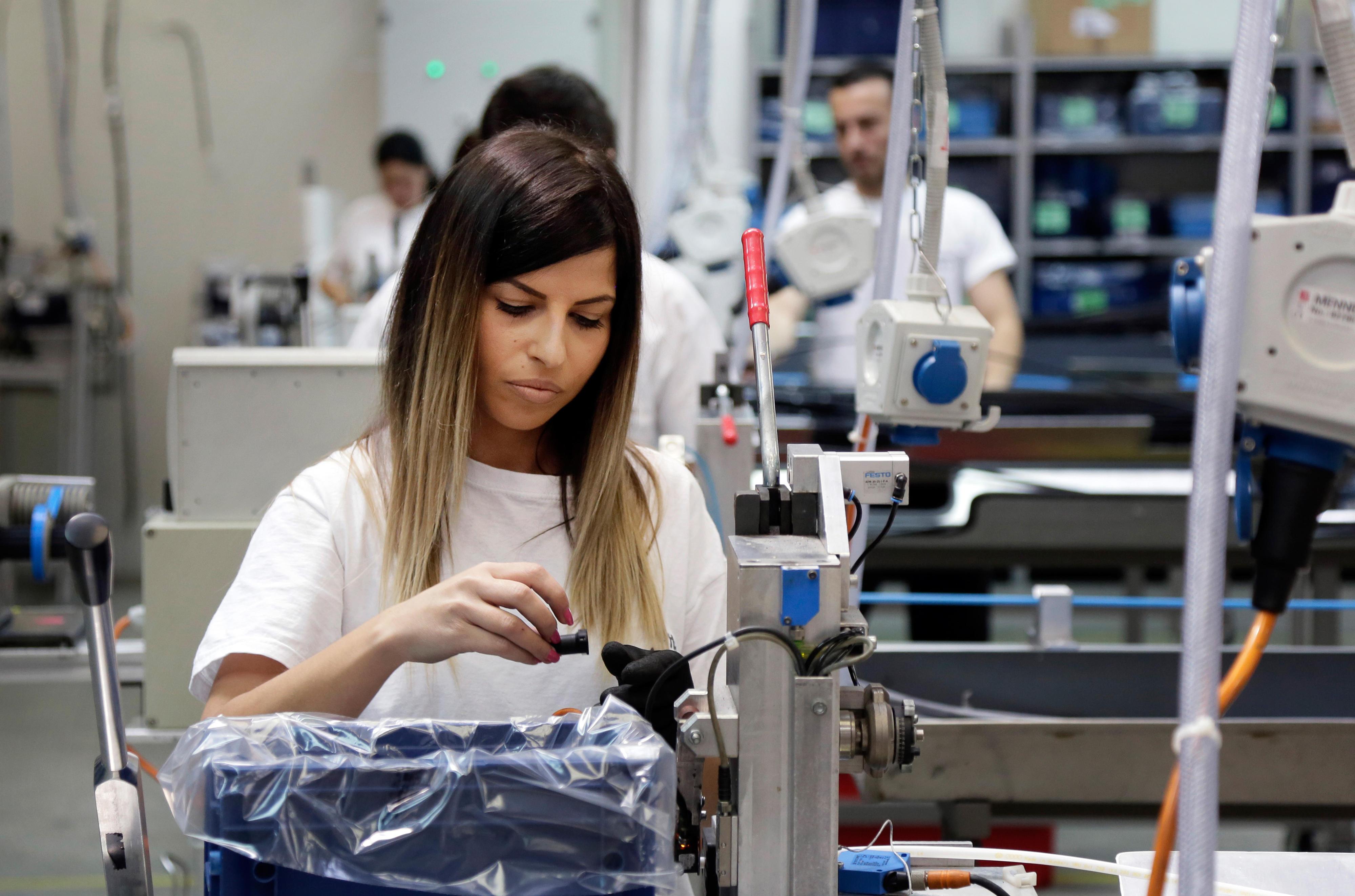 Mitarbeiterinbei dem Automobilzulieferer Veritas in Sarajevo, Bosnien und Herzegowina. Hier werden unter anderem Leitungen für Audi und VW produziert.