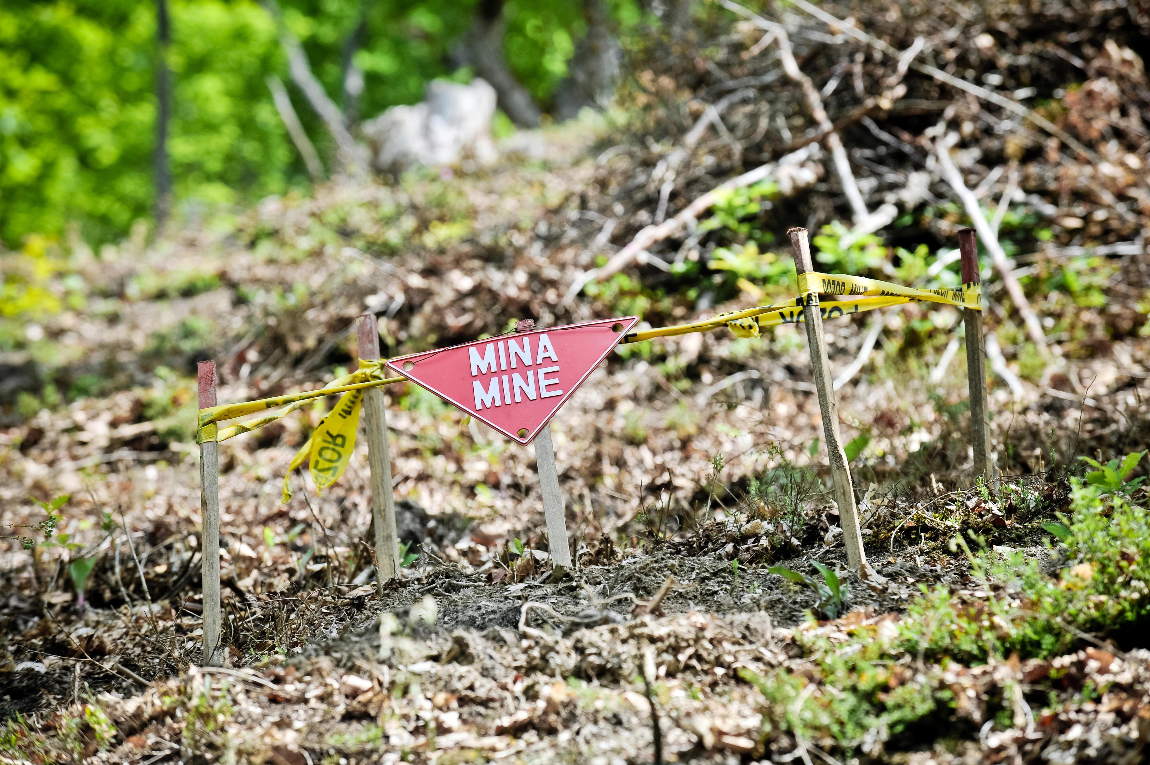 Ein Schild, das vor einer Landmine warnt. In Bosnien und Herzegowina gibt es mehr als 25 Jahre nach Ende des Bürgerkriegs immer noch rund tausend Quadratkilometer Minenfelder.
