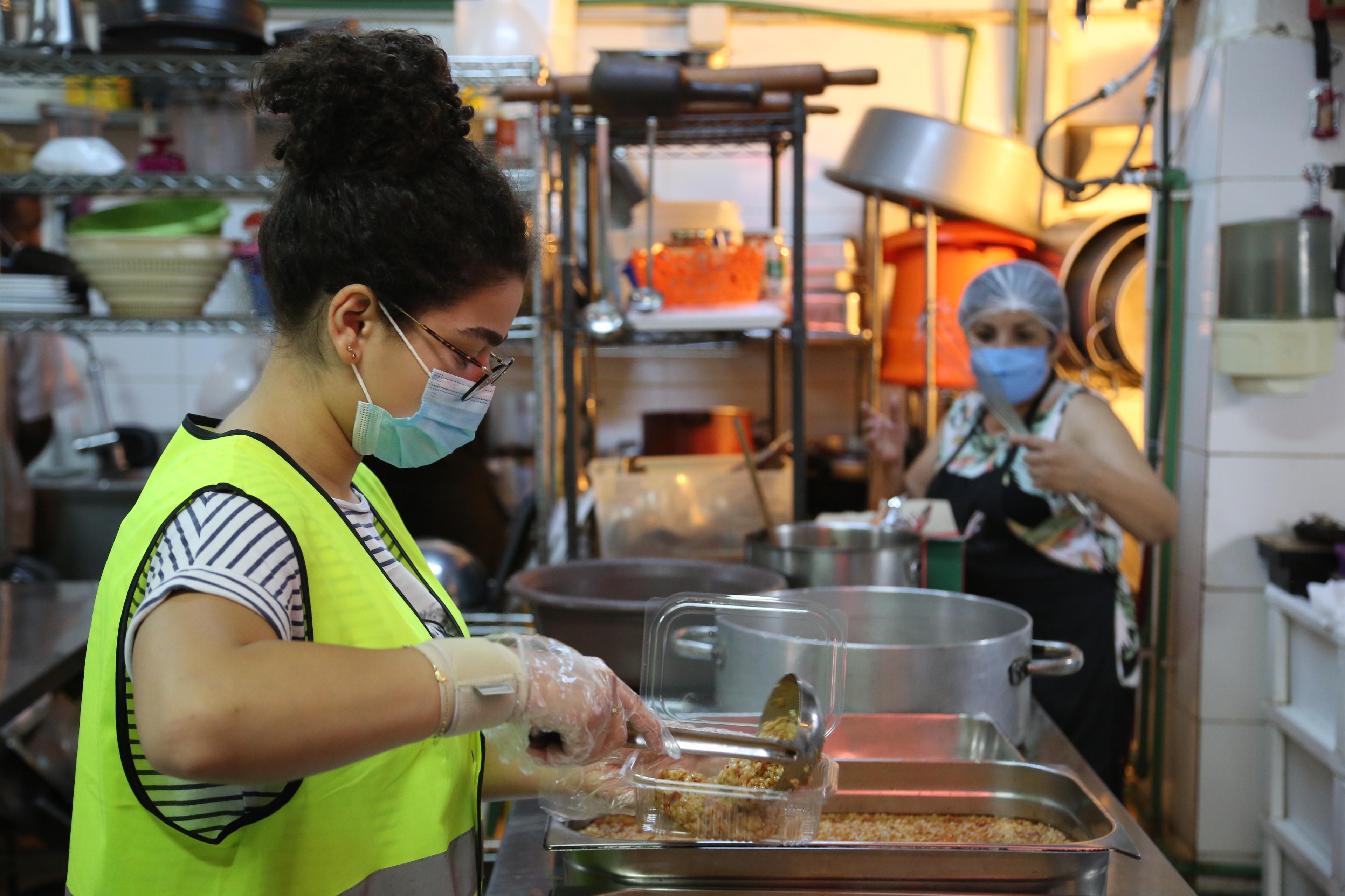 Eine kommunale Küche in Ashrafiye, Libanon, die von Freiwilligen betrieben wird. Sie versorgt Menschen, die durch die Explosion im Beiruter Hafen ihre Wohnungen oder Arbeitsplätze verloren haben.