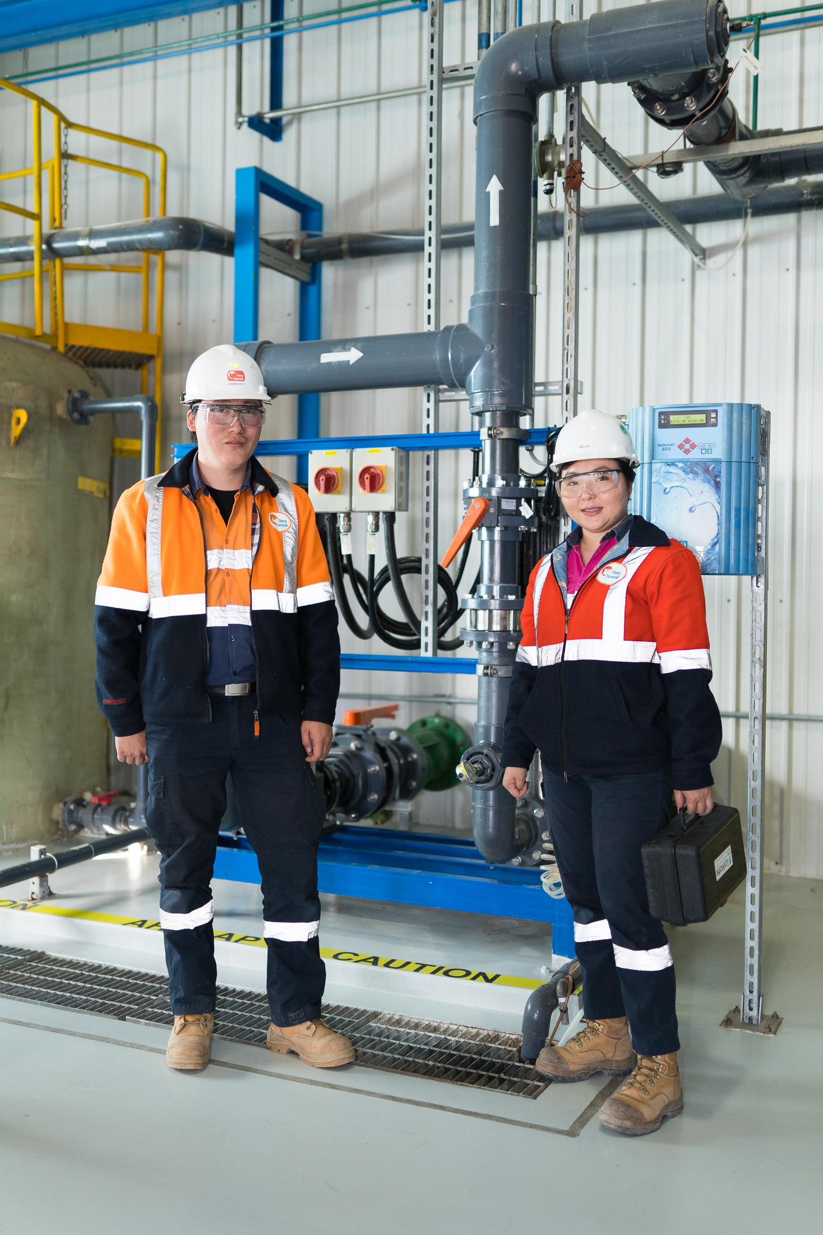 Umweltingenieurin Bolor-Erdene Orchibold aus der Mongolei mit einem Kollegen bei der Arbeit
