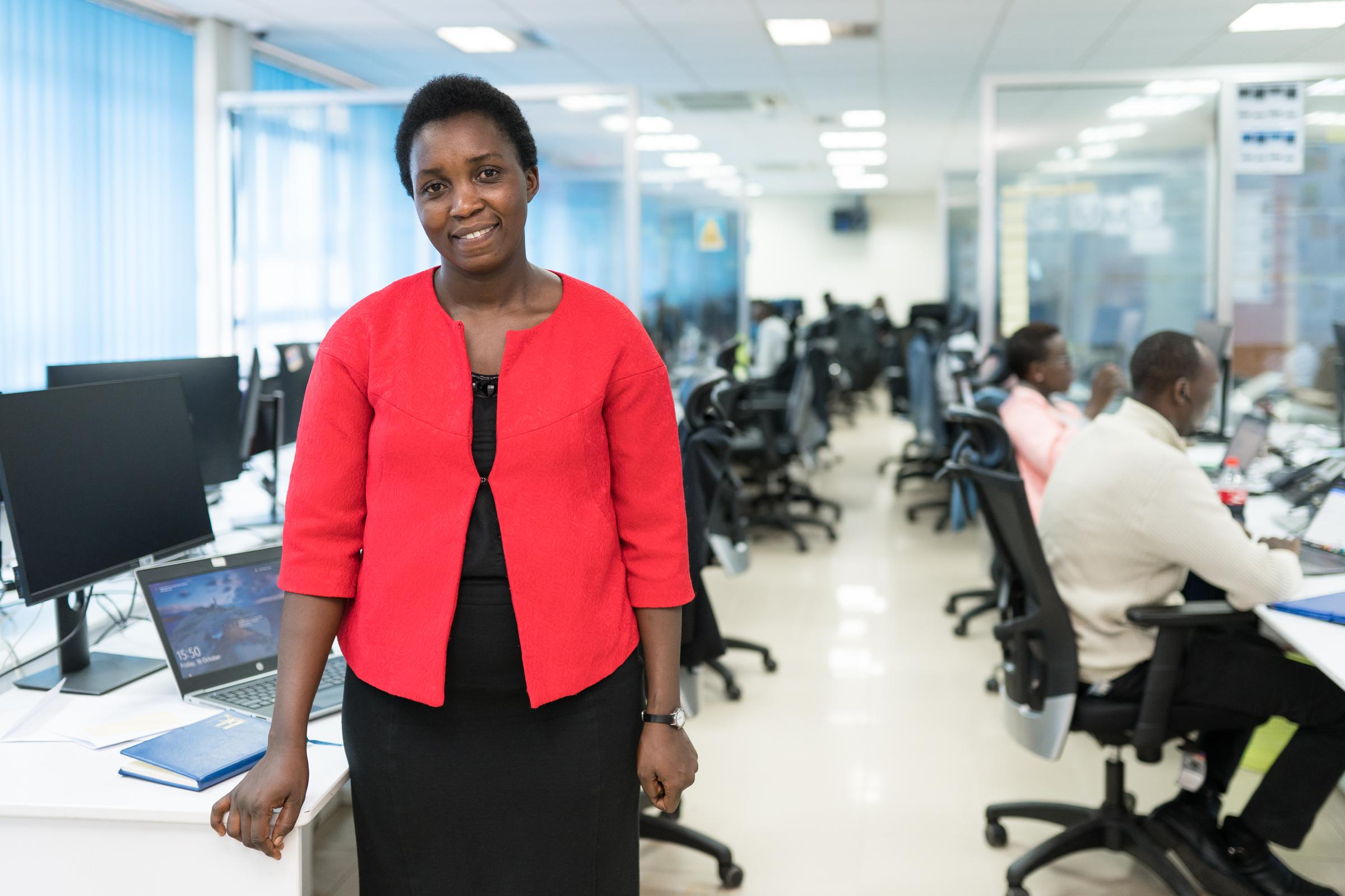 Informatikerin Clothilde Uwineza aus Ruanda an ihrem Arbeitsplatz
