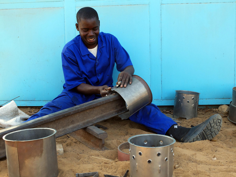 Ousmane Thiam aus der Region Dakar in Senegal stellt Metalleinsätze für Kochstellen her.