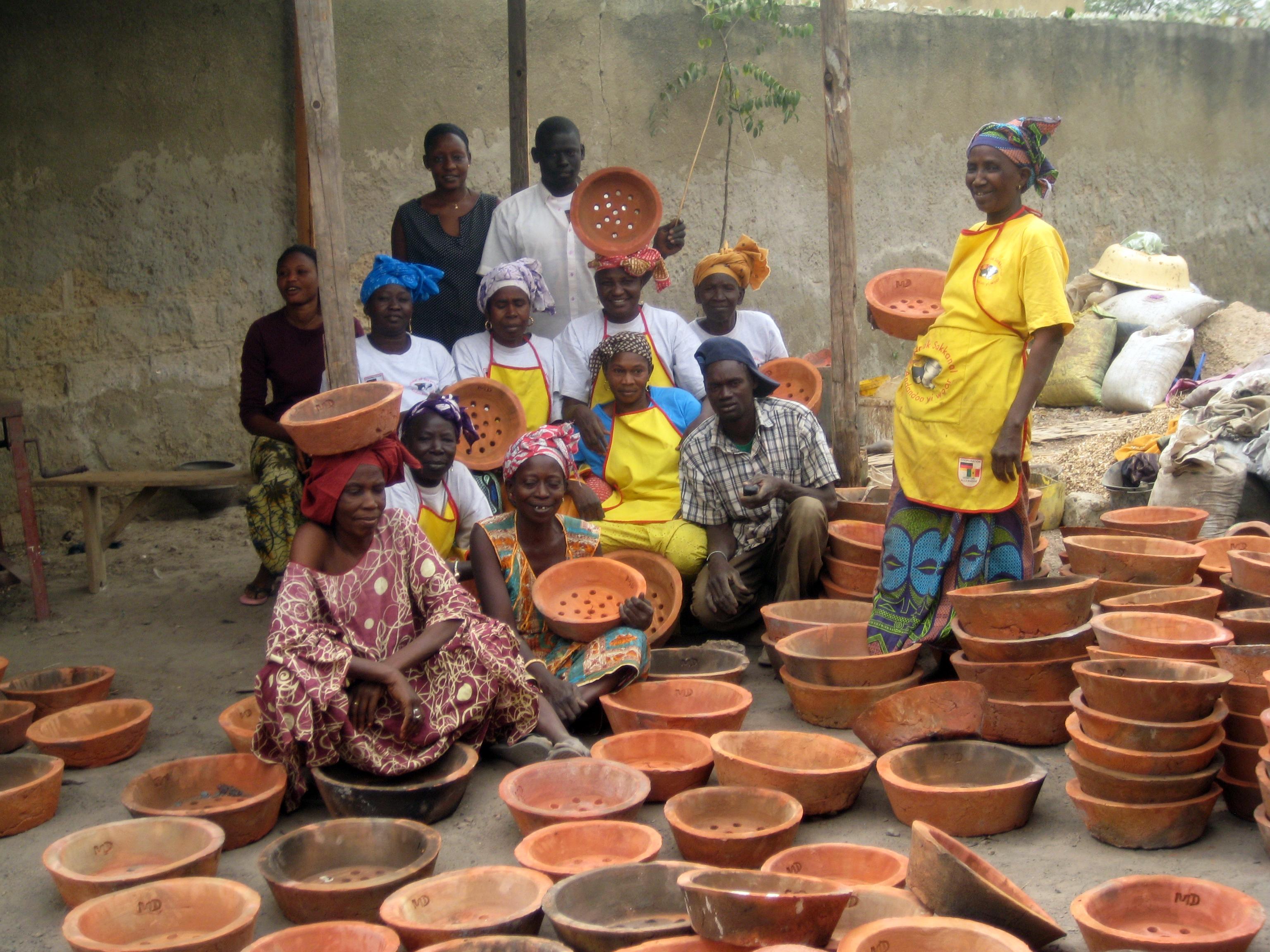 Frauen, die Keramikeinsätze in der Region Kaolack im Senegal herstellen.