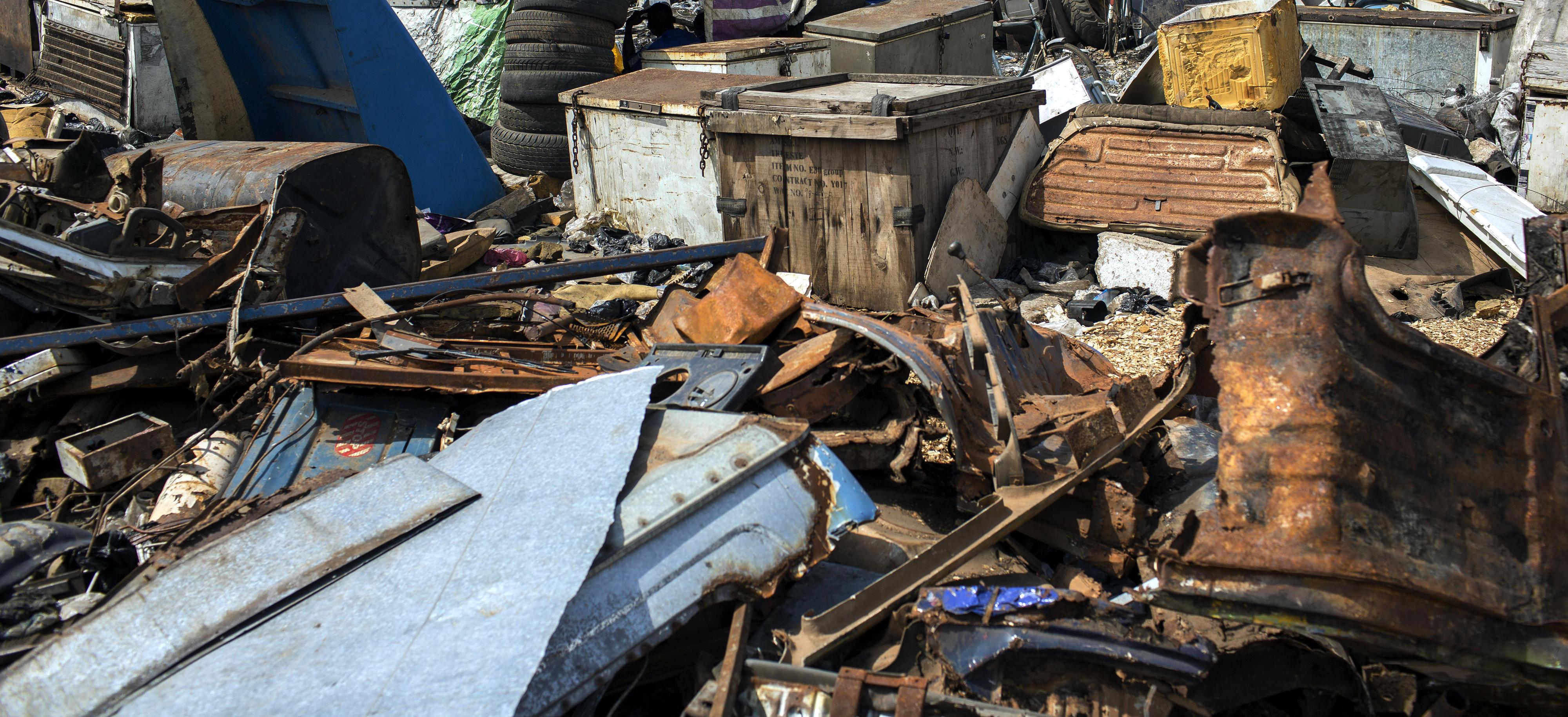 Detailaufnahmen einer Mülldeponie, Blechteile, Holzabfall, Elektronikschrott und anderer Abfall