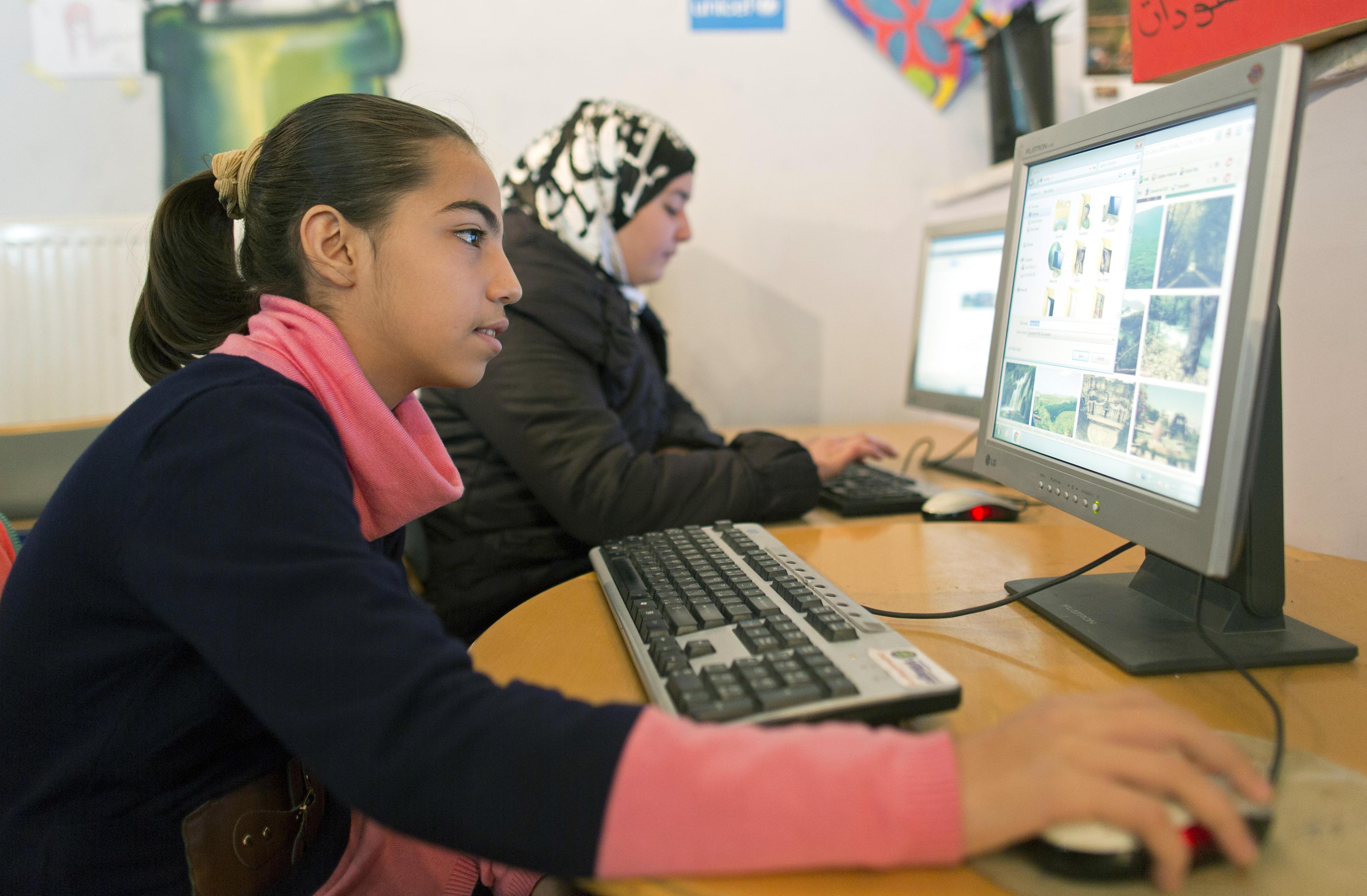 Ein Mädchen in dem Land Jordanien schaut sich Bilder im Internet an.