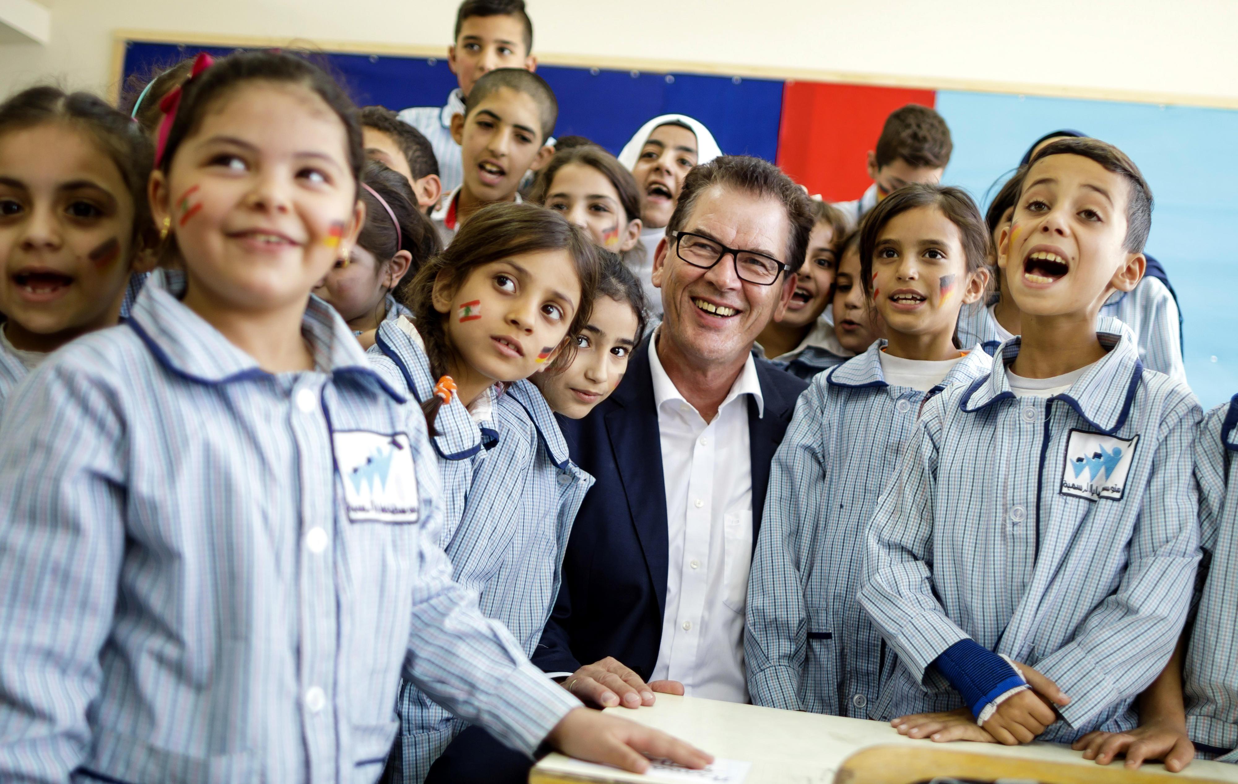 Bundesentwicklungsminister Gerd Müller in einer Schule im Libanon, die mit deutschen Mitteln instandgesetzt wurde.