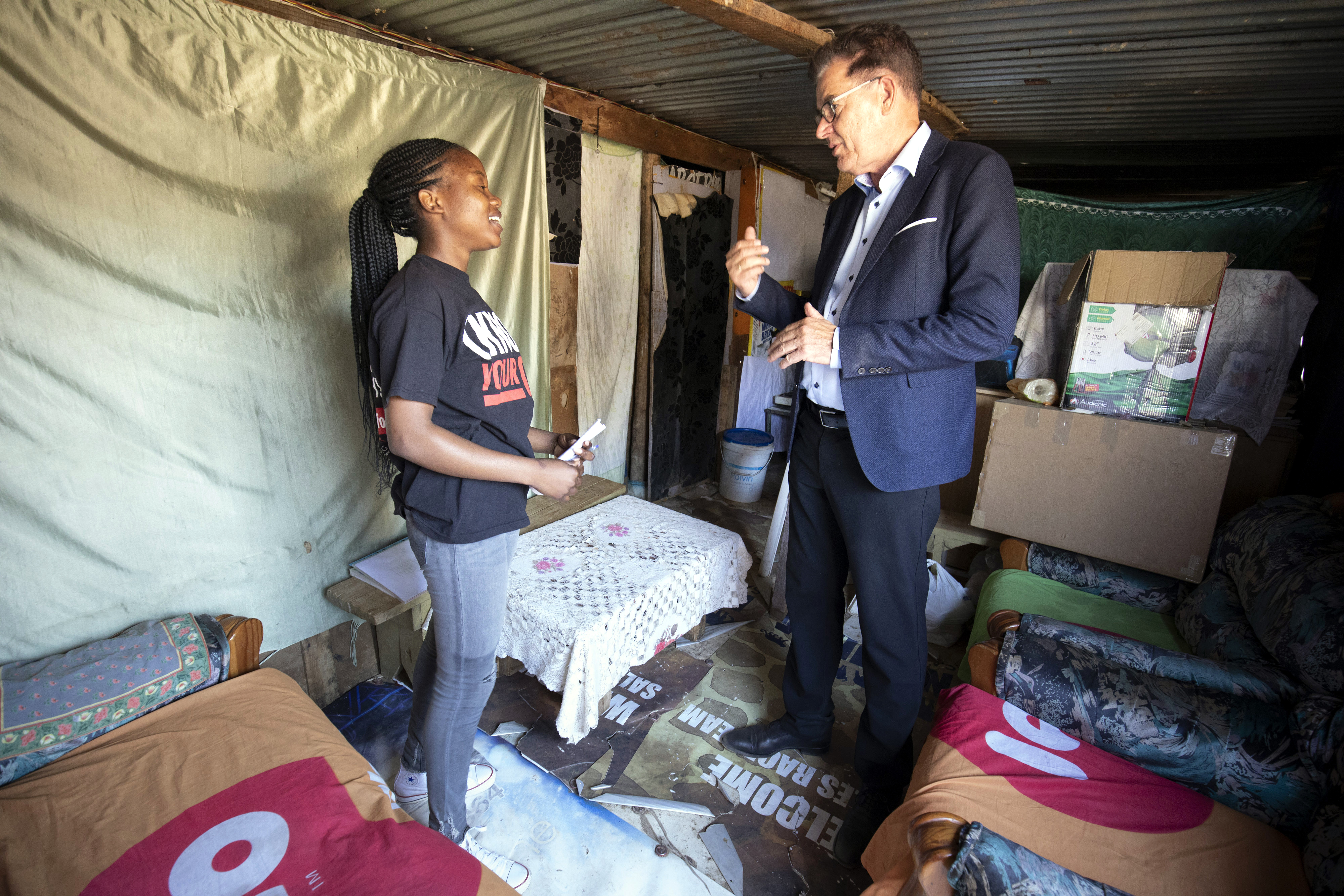 30. August 2019: Während seiner Reise nach Namibia besuchte Minister Müller die informelle Siedlung Katutura in Windhoek, hier zeigt ihm Tresia Shikongo ihre Wohnung.