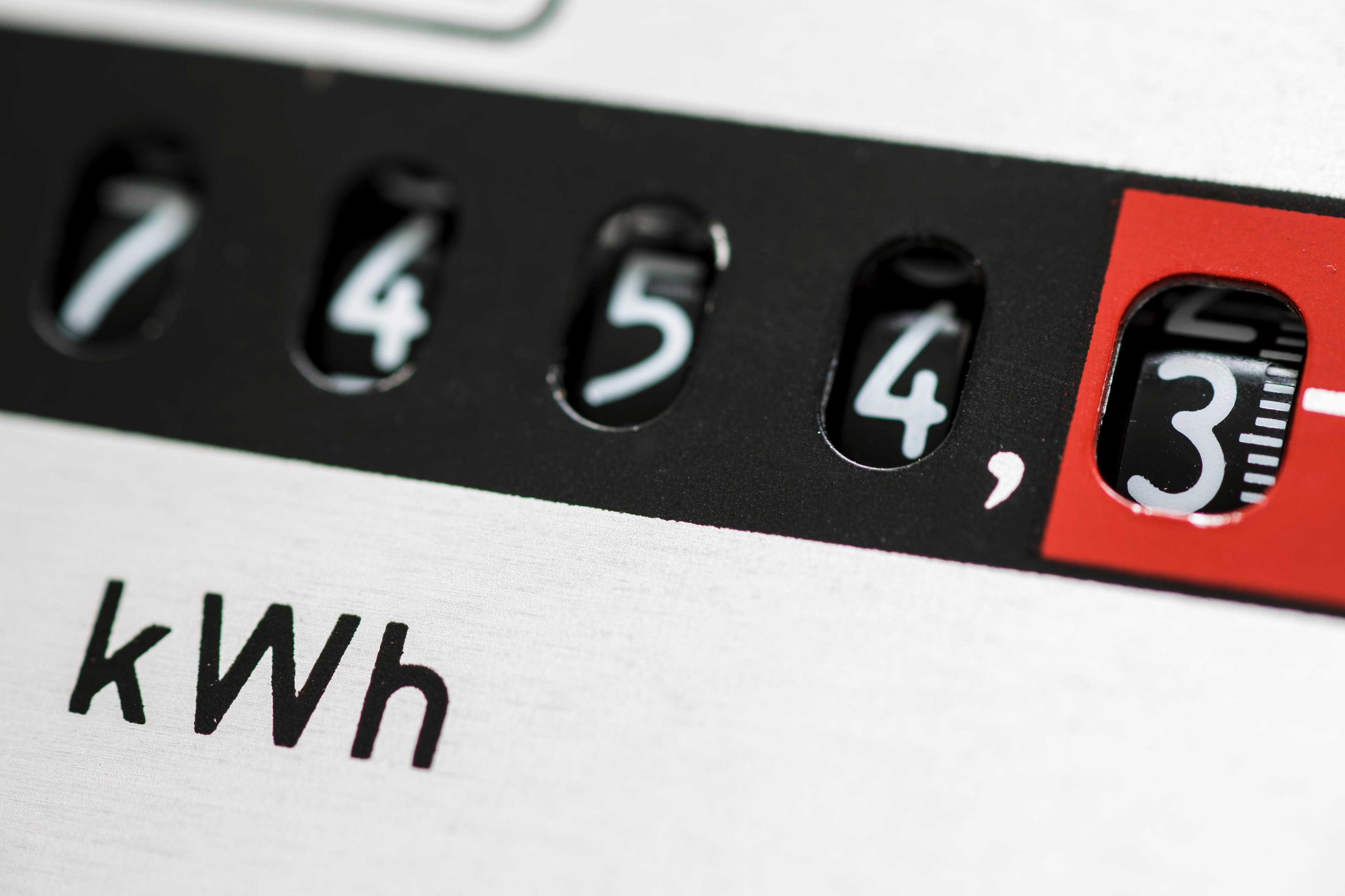 Detail eines Stromzählers mir dem Zählerstand 7454,3 Kilowattstunden