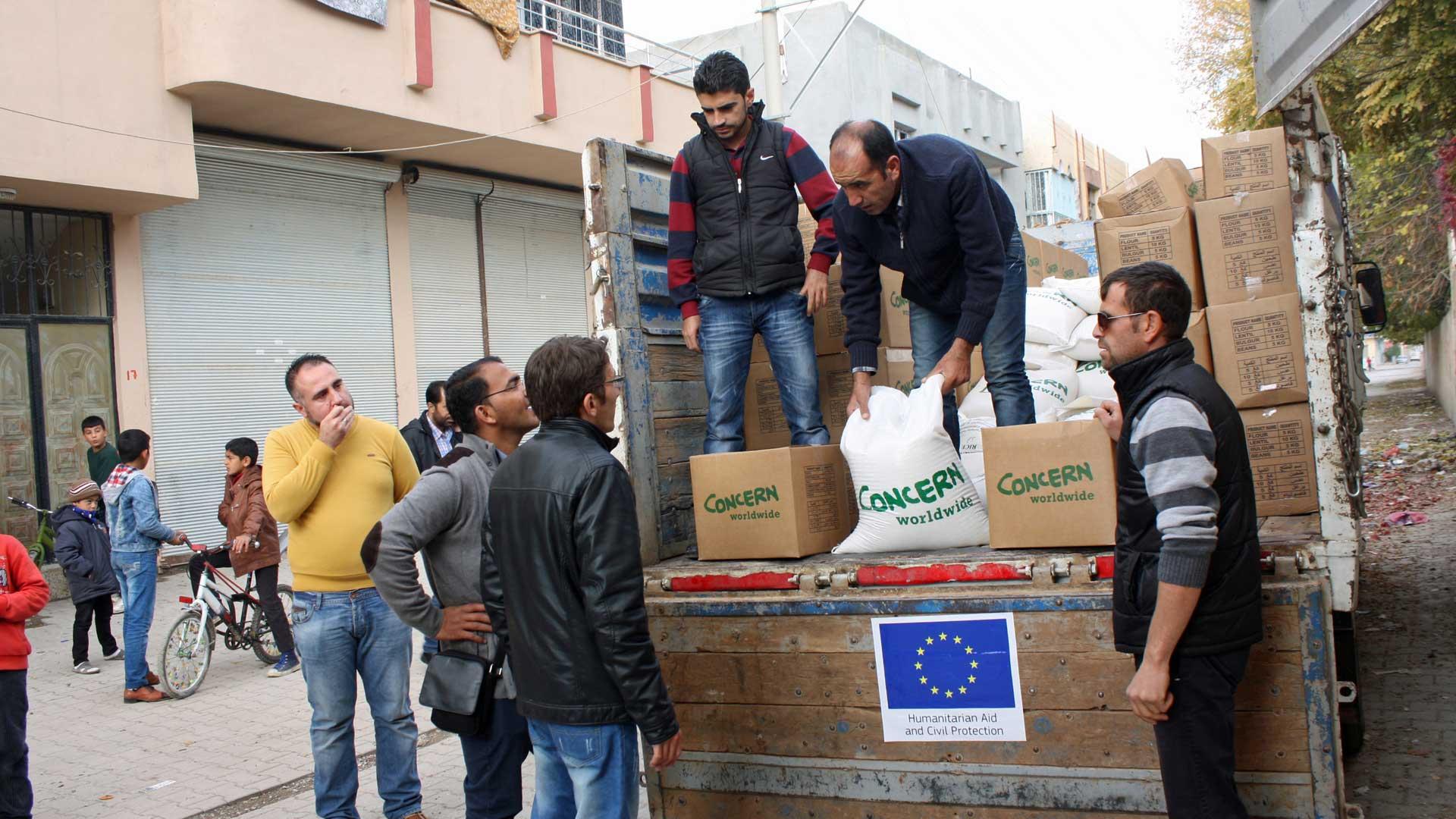 Hilfslieferung, die von einer Partnerorganisation des Europäischen Amts für humanitäre Hilfe (ECHO) an syrische Flüchtlinge in der Stadt Suruç im Südosten der Türkei verteilt wird