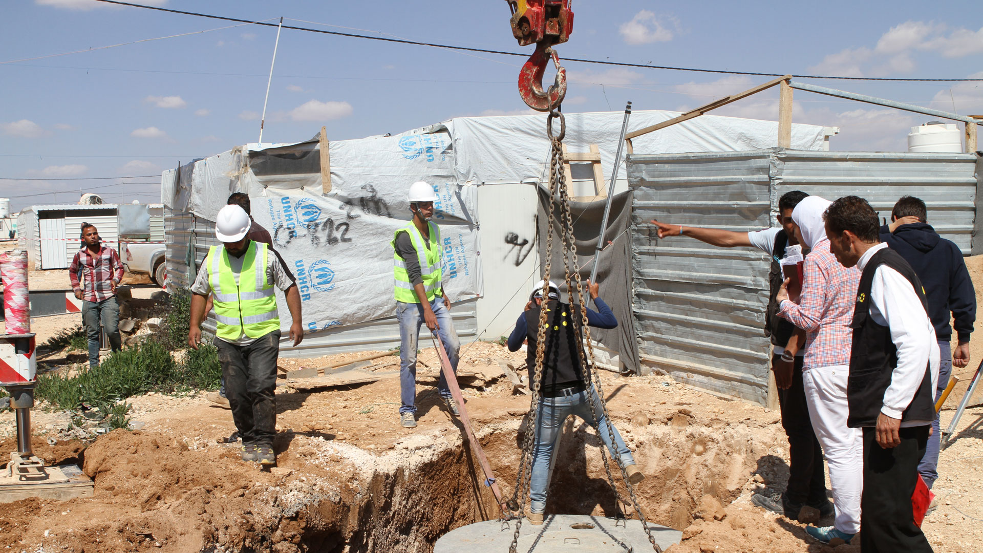 Durch ein Cash-for-Work-Programm wird das Wasserleitungsnetz im Flüchtlingslager Zaatari verbessert.