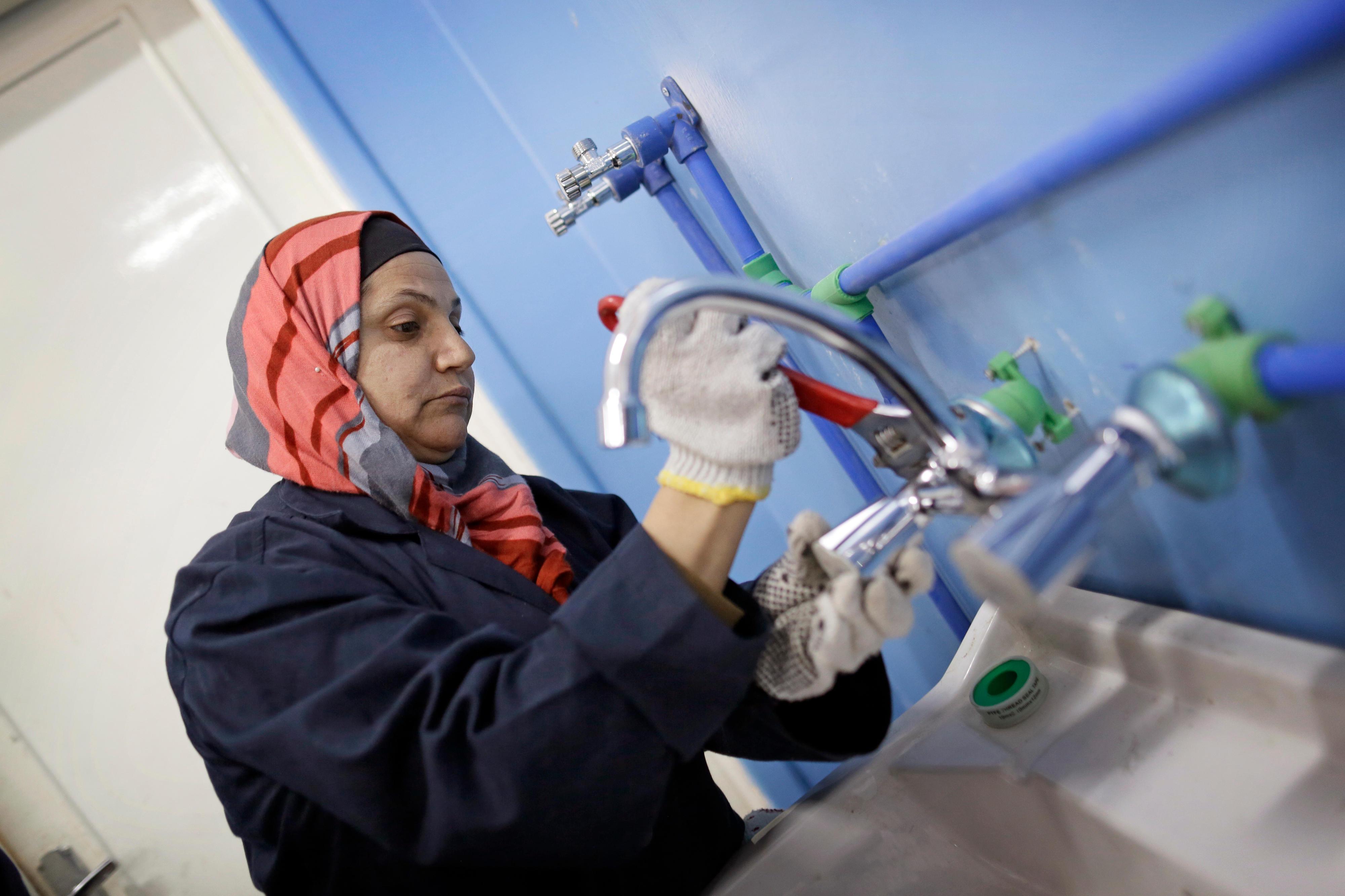Im Berufsbildungszentrum der Stadt Mafraq in Jordanien werden Frauen zu Klempnerinnen ausgebildet.