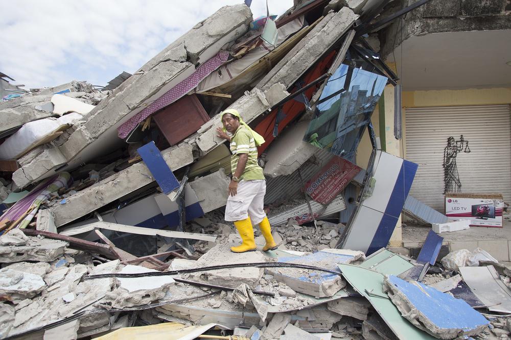 Nach einem Erdbeben durchsucht ein freiwilliger Rettungshelfer in Pedernales, Ecuador, die Trümmer eines Hauses (April 2016).