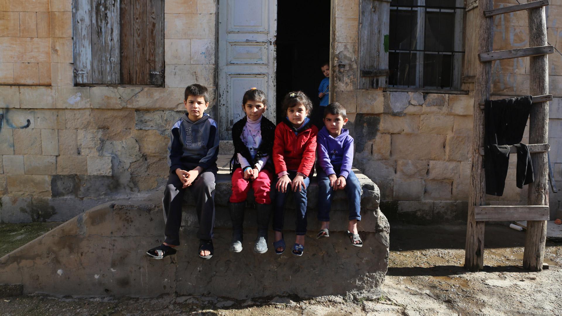Syrische Flüchtlingskinder vor ihrer Unterkunft in der libanesischen Stadt Baalbek