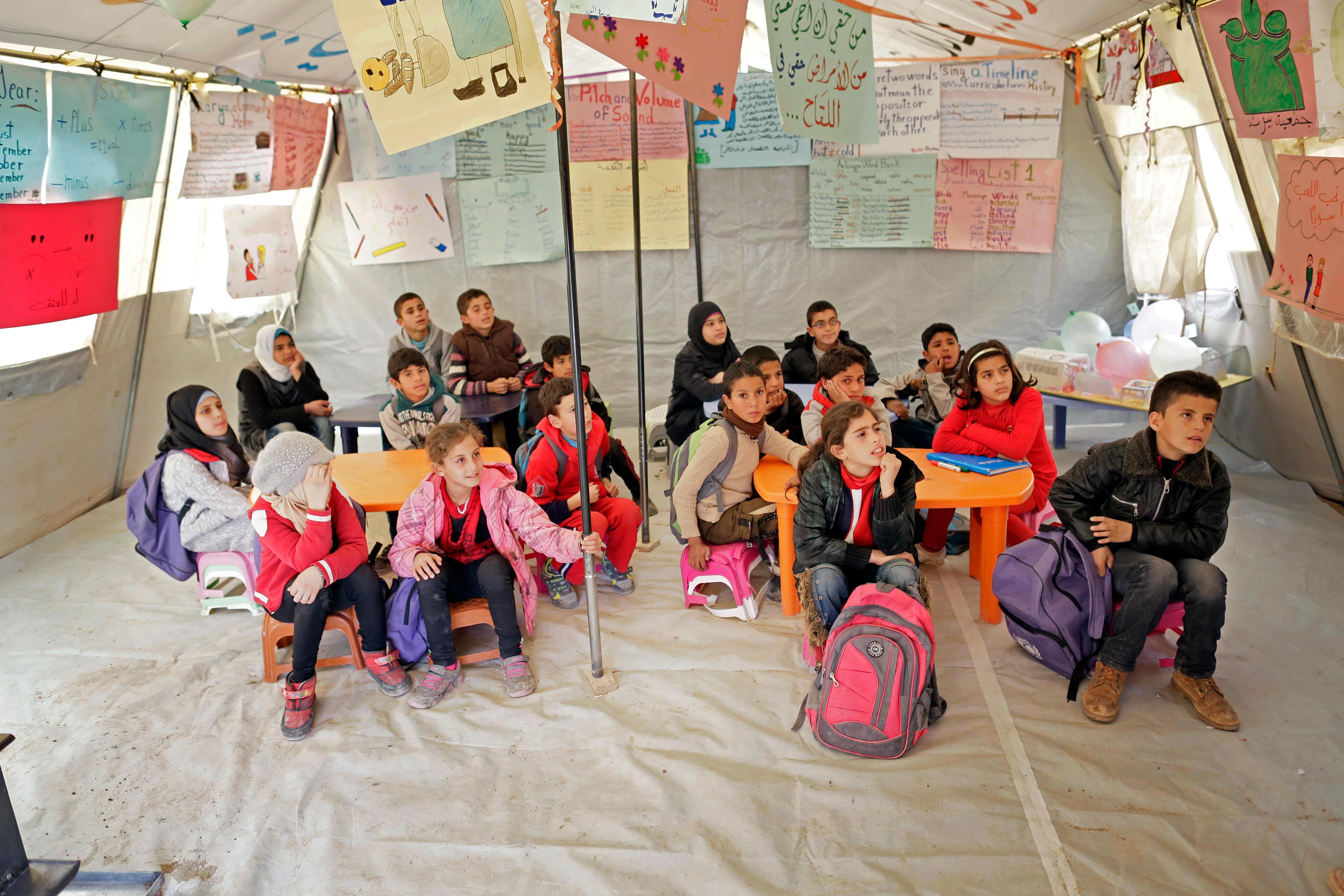 Flüchtlingskinder werden in einer Zeltsiedlung für syrische Flüchtlinge im Libanon unterrichtet.