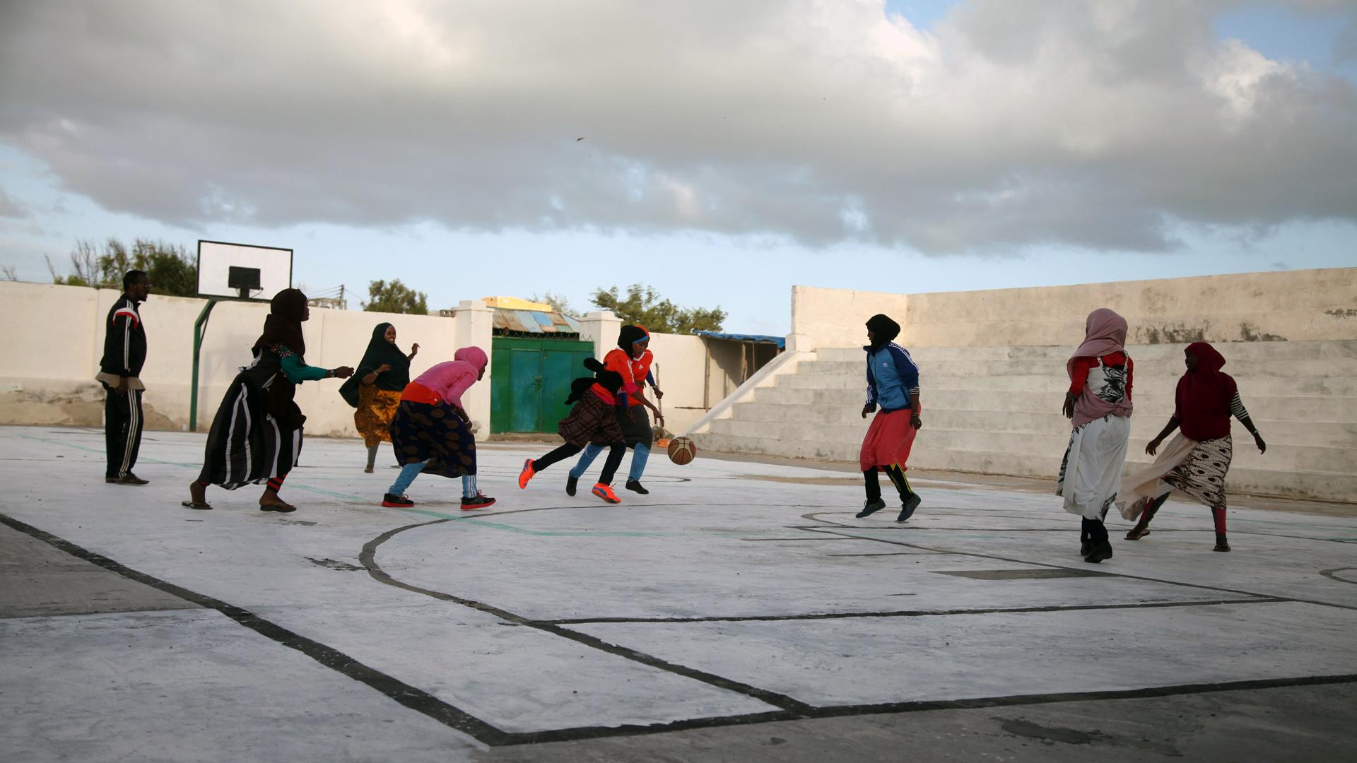 Jugendliche spielen Basketball in Kismaayo, Somalia
