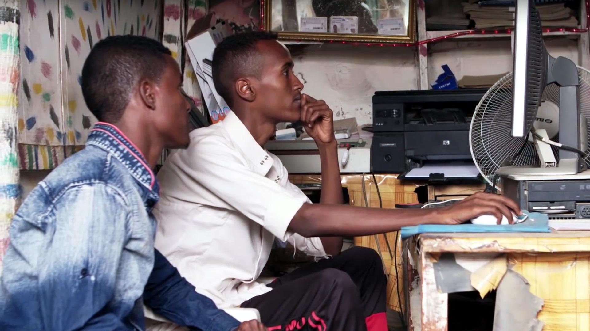 Standbild aus dem BMZ-Video über eine Schule für Flüchtlinge in Kenia, die kostenlose Grundausbildungen im EDV-Bereich anbietet