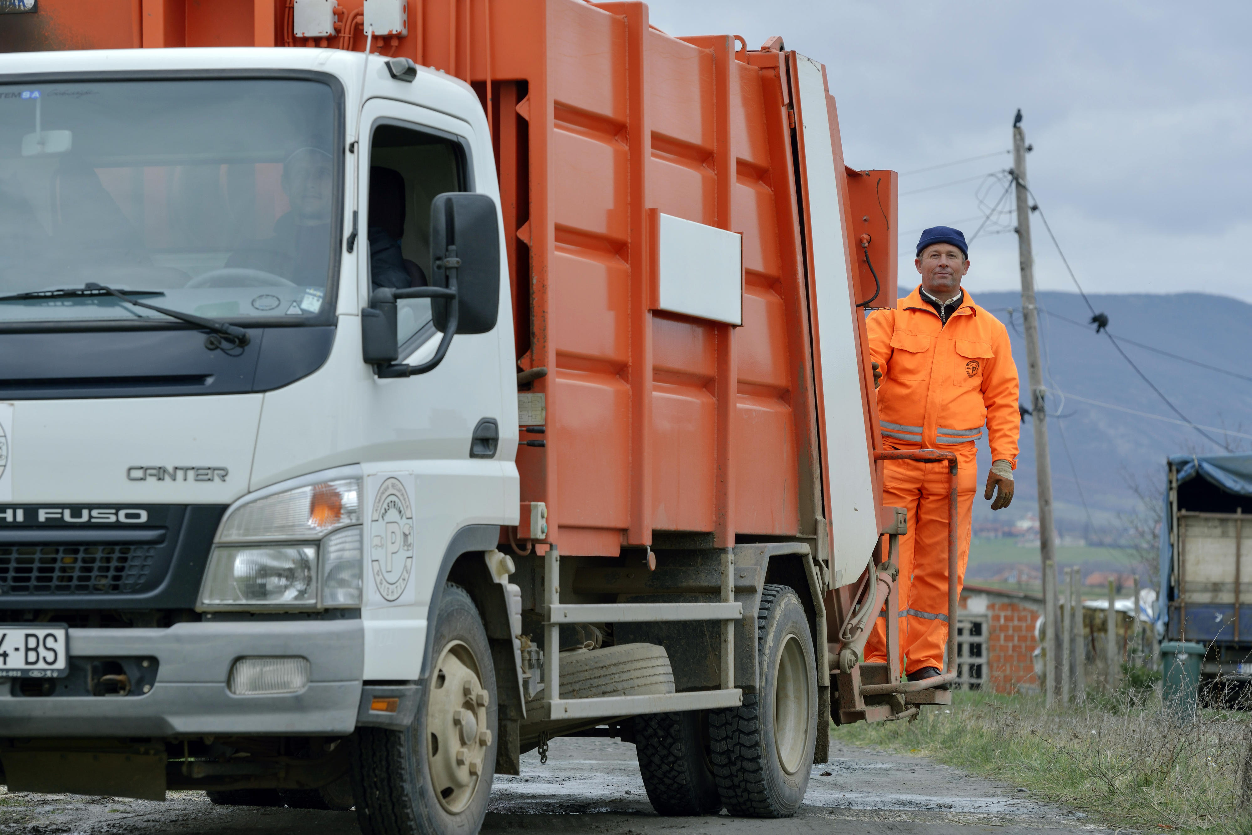 Müllfahrzeug mit Mitarbeiter in Albanien