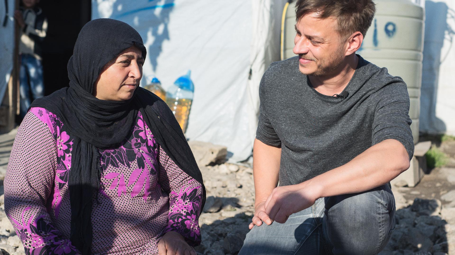 Game-of-Thrones-Star Tom Wlaschiha im Gespräch mit einer Bewohnerin eines Flüchtlingslagers im Libanon