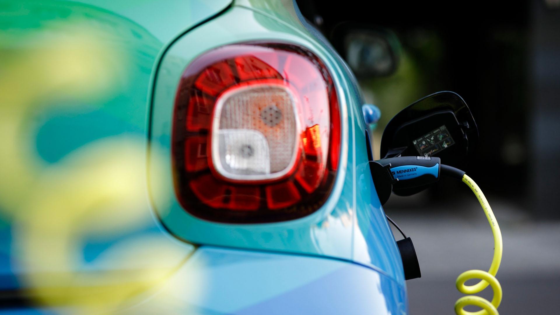 Ein Elektroauto wird in Berlin an einer Ladestation geladen.
