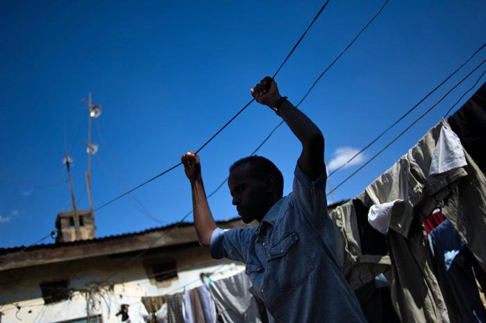 Ein junger Mann in Eastleigh, einem Vorort von Nairobi, Kenia