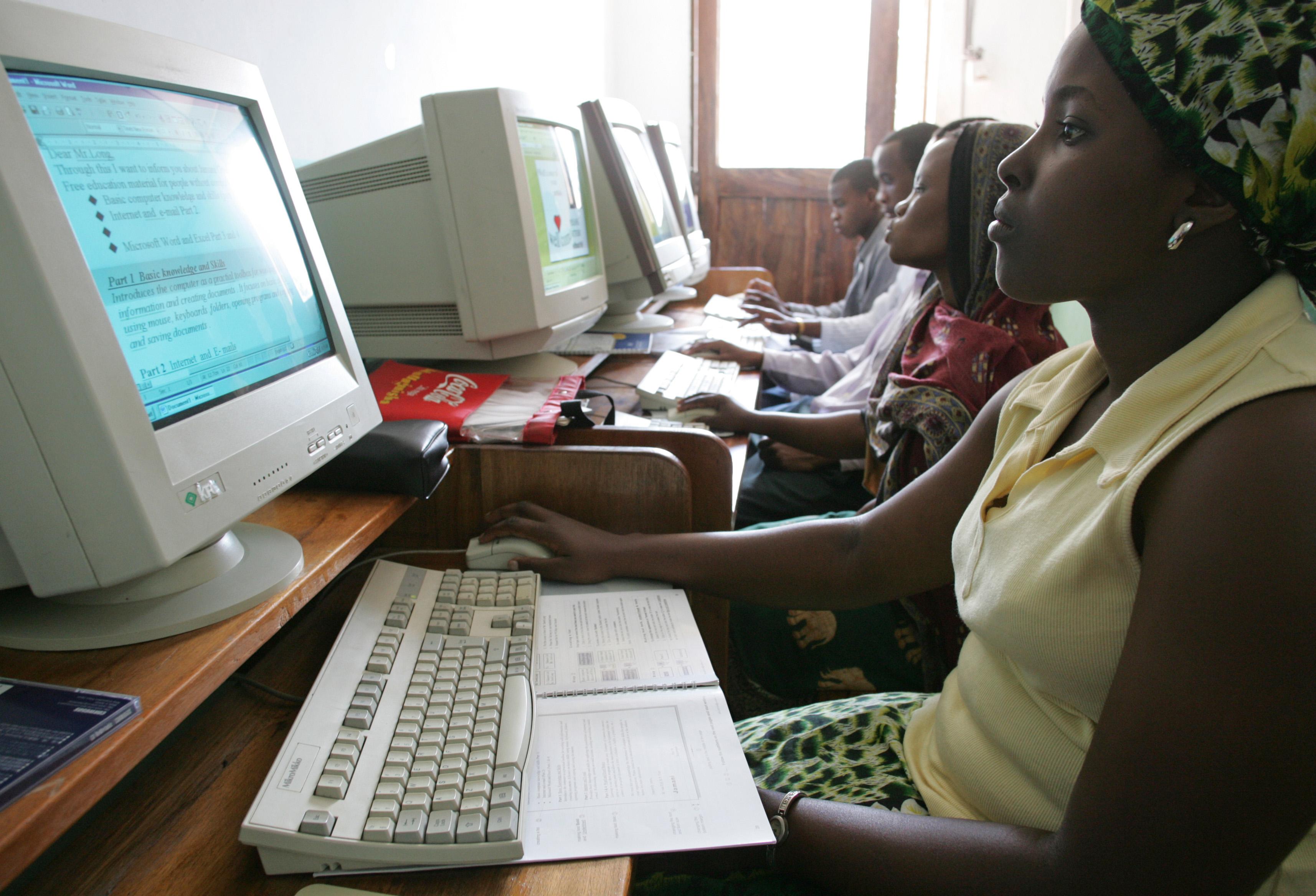 Mädchen lernen im Jugendzentrum von Tanga (Tansania) den Umgang mit Computern.